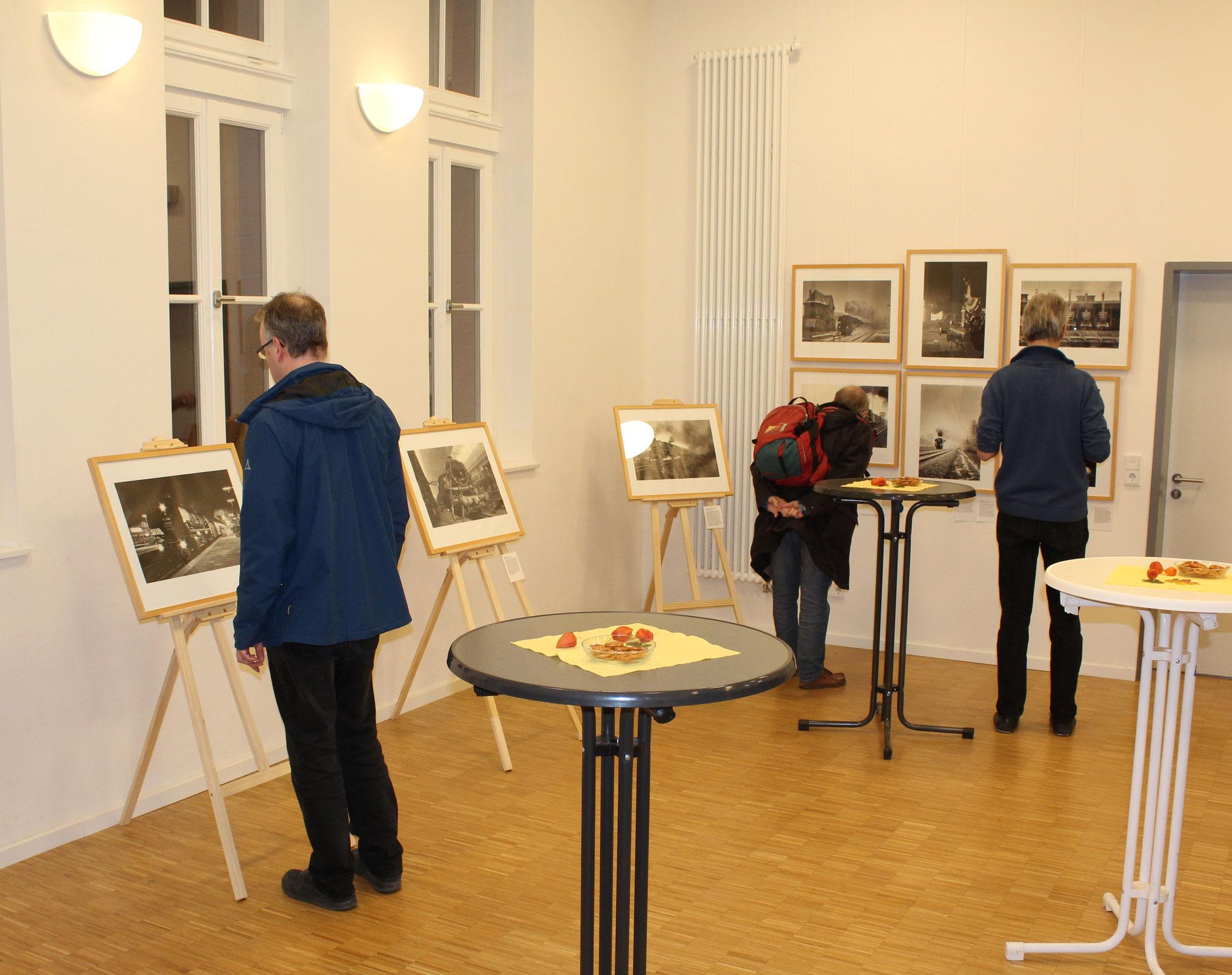 Viele Besucher schauten sich bei der Ausstellungseröffnung die Werke der beiden Fotografen an (Fotos: D. Altmann)