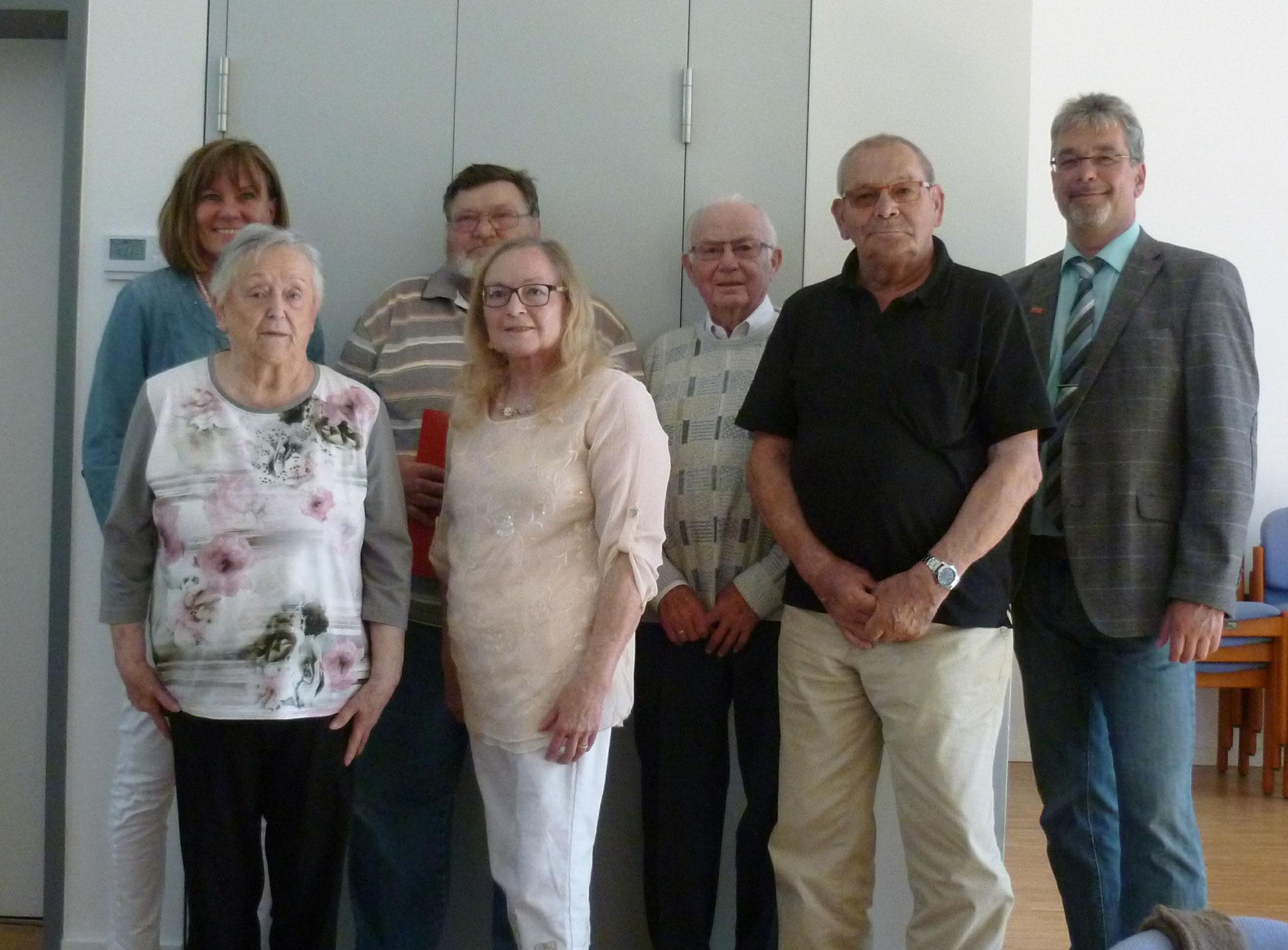 auf dem Foto von links nach rechts: MdB Esther Dilcher, Wilma Thomayer, Gerhard Niemeier, Gabriele Heide-Martin, Albert Rapp, Gisbert Bremer und Ortsvereinsvorsitzender Michael König.