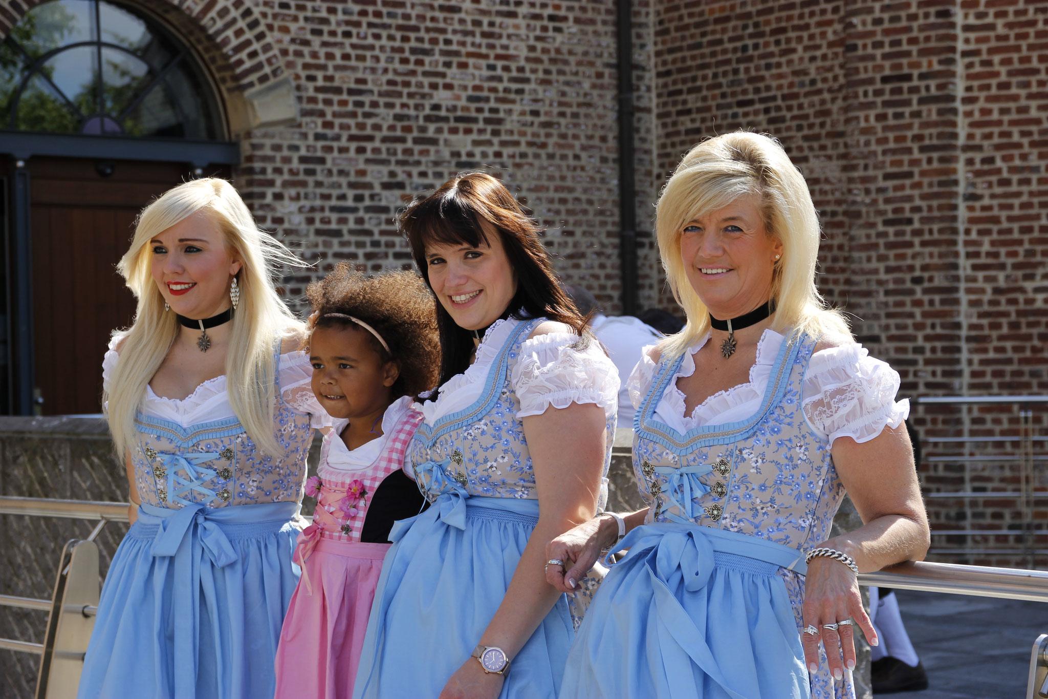 Karen, Sanne en Sonja met Kathlyn