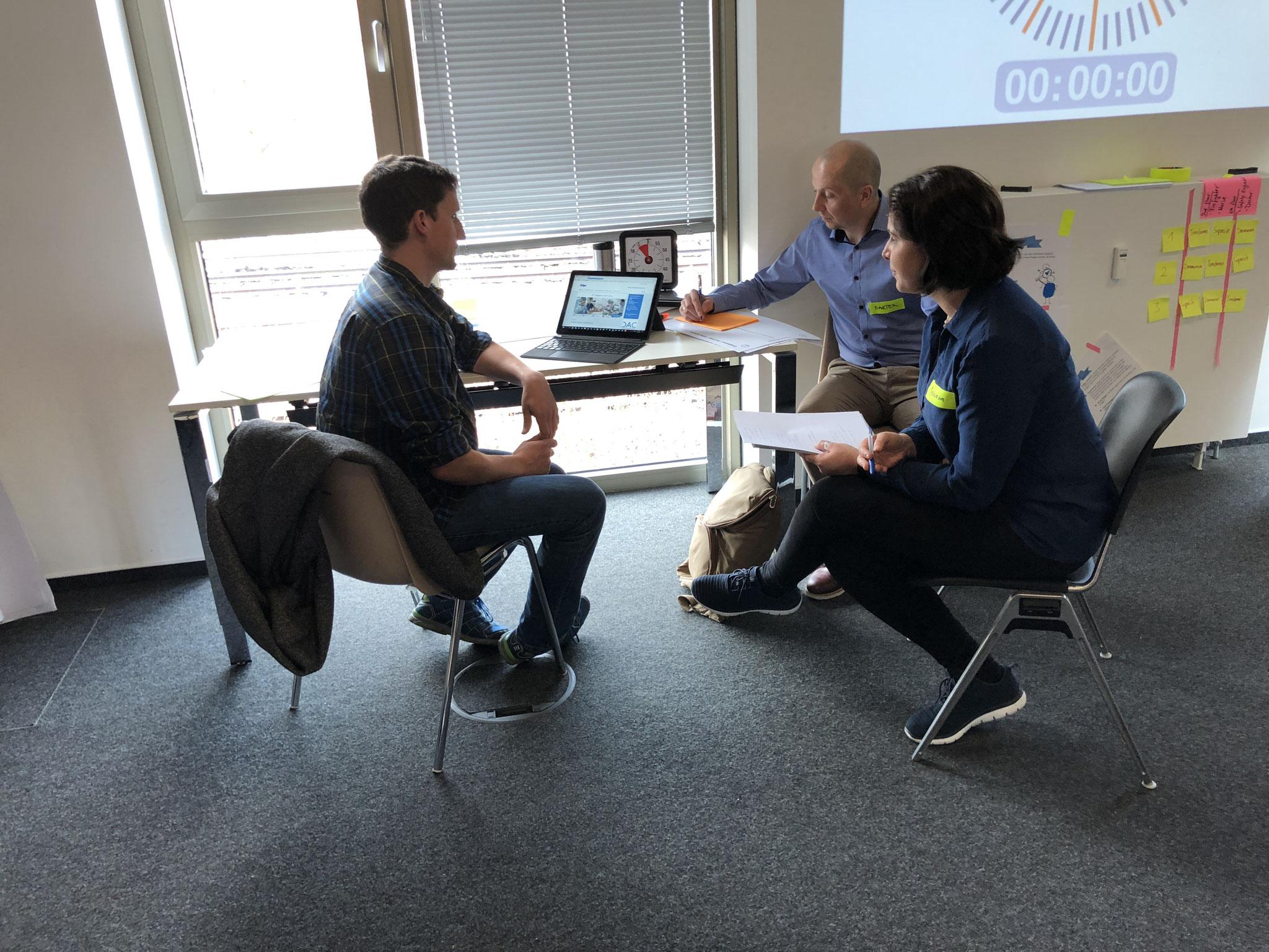 Am ersten Tag des InnovationStarter Workshops testen die Teams den Ist-Zustand der Dräger Website mit Nutzern