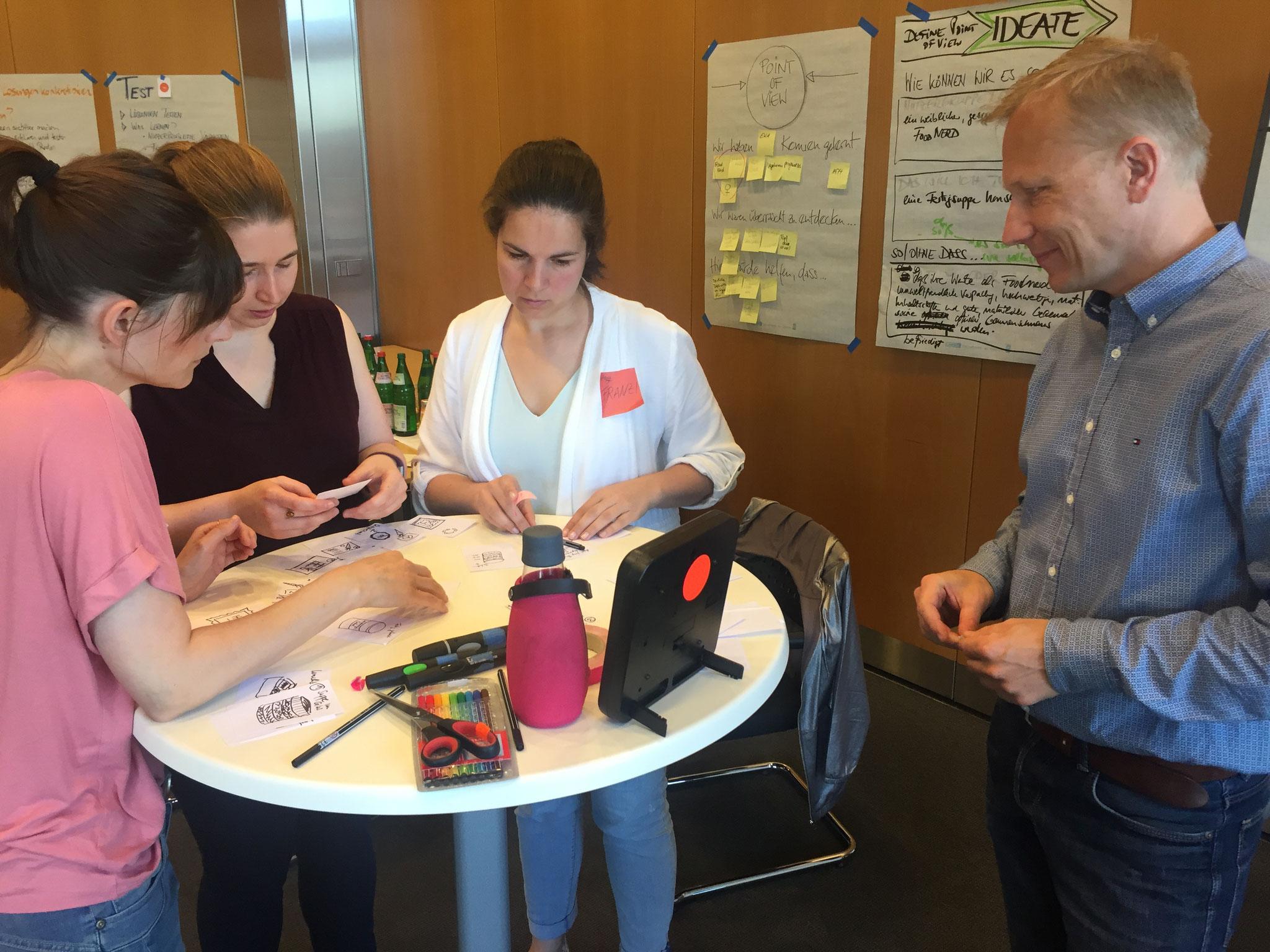 Im Workshop Innovation Coach - Basics nehmen die Teilnehmer die Coach-Rolle ein. Sie leiten Tools und Methoden an, die sie im Basis-Workshop bereits kennengelernt haben.