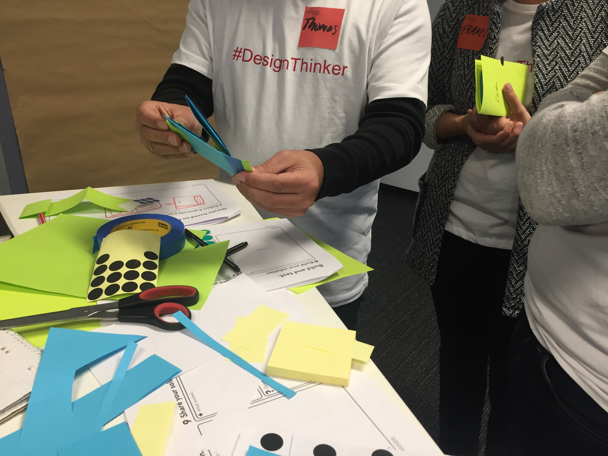 """Im Basis-Workshop """"DesignThinker"""" erleben die Teilnehmer Design Thinking aus Anwendersicht. Thema, Ort, Artefakte, Teilnehmerauswahl und geladene Gäste stellen die Kommunikation der Aktivität in der Organisation sicher."""