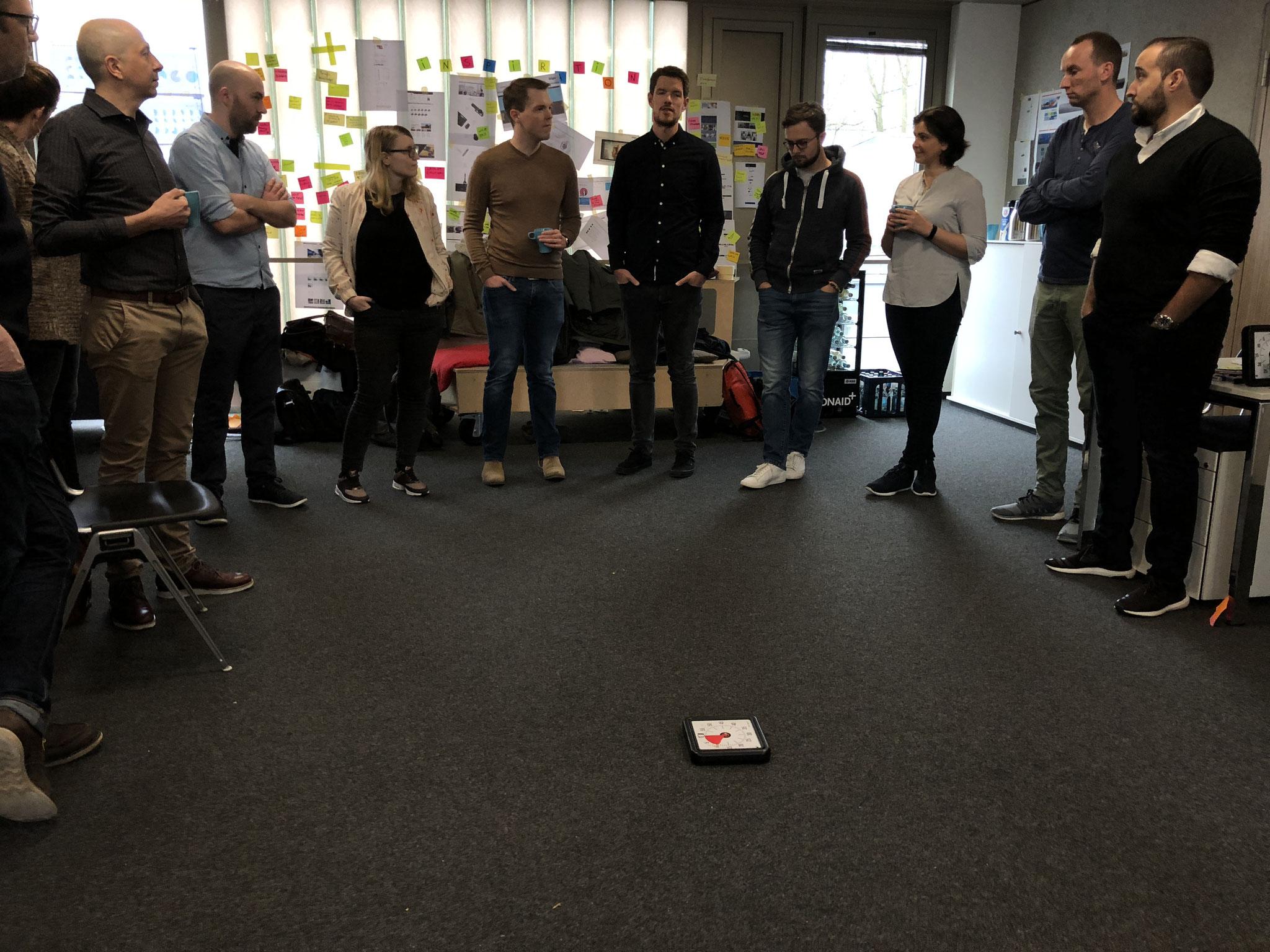 Der zweite Tag des InnovationStarter Workshop startet mit einem Standup des gesamten Teams.
