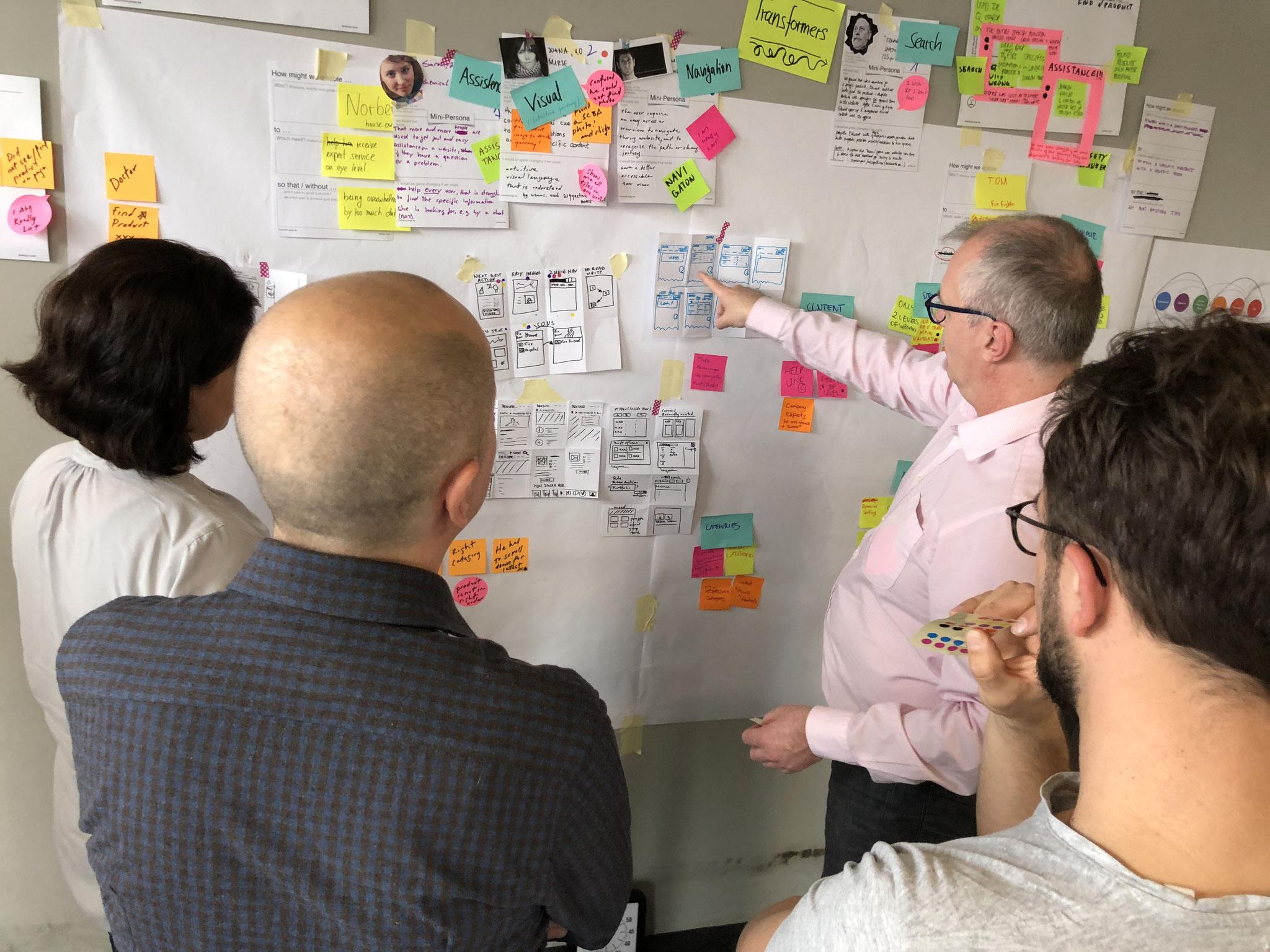 Die Ideen werden als Papier-Prototypen der Screens visualisiert.