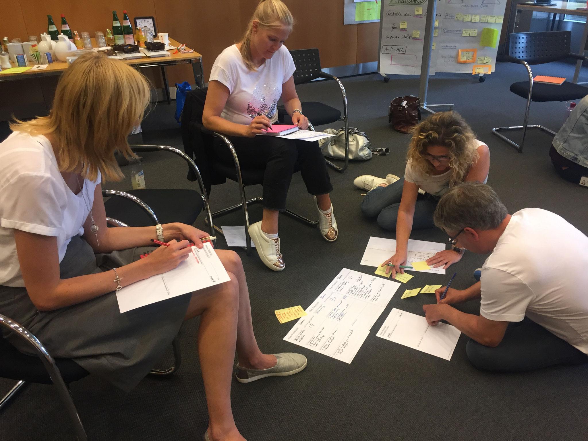 """Im Workshop """"Designfacilitator I"""" nehmen die Teilnehmer die Coach-Rolle ein. Sie leiten Tools und Methoden an, die sie im Basis-Workshop bereits kennengelernt haben."""