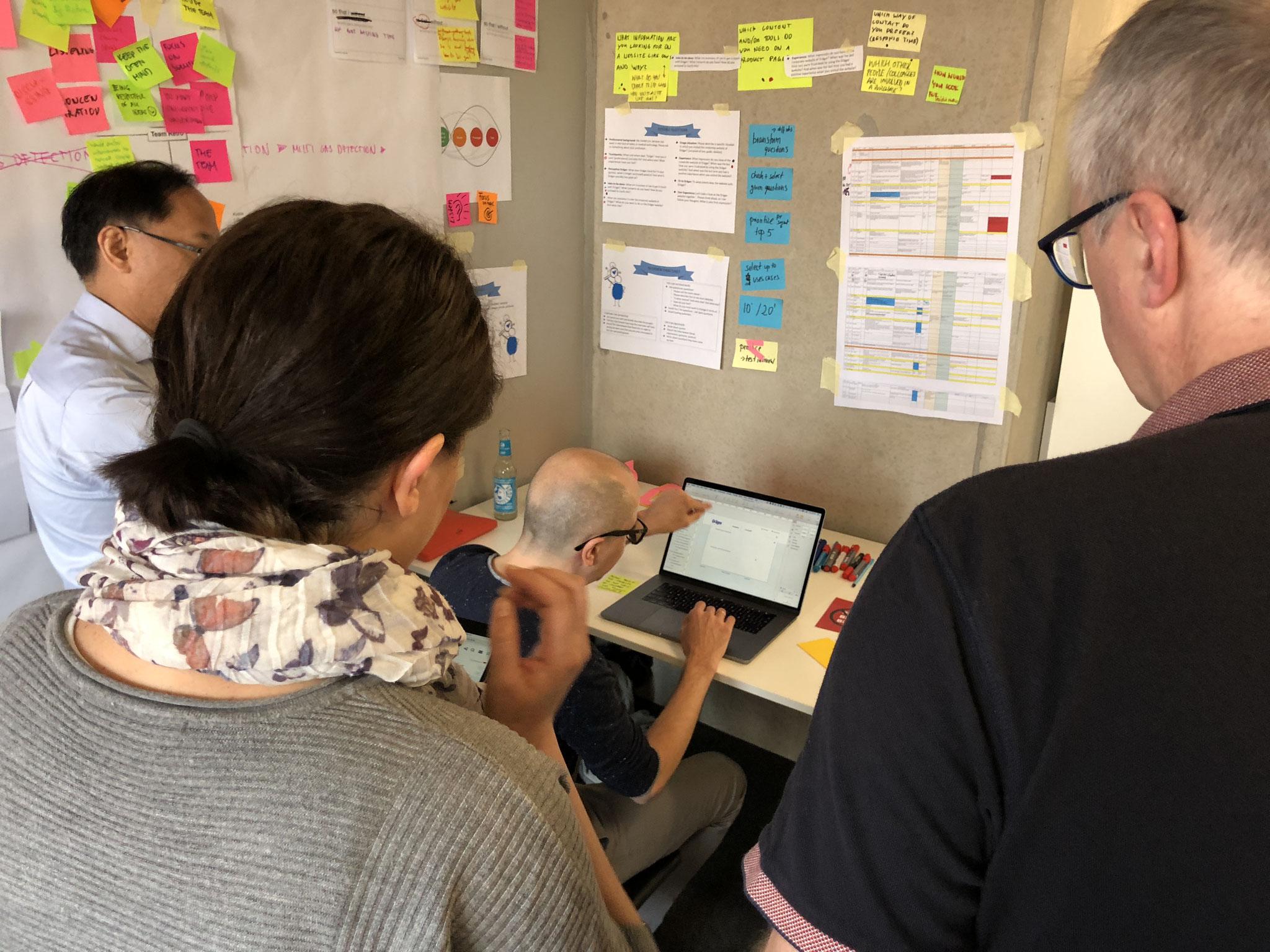 Die UX Designer setzen die Papierprototypen über Nacht in digitale Prototypen um - es folgen letzte Abstimmungen mit dem Team.