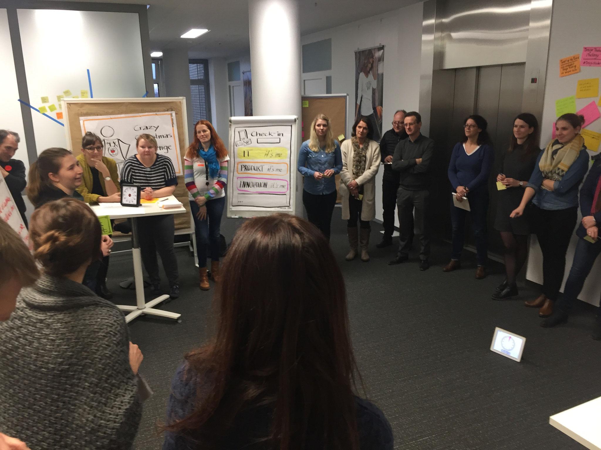 Im Basis-Workshop erleben die Teilnehmer Design Thinking aus Anwendersicht. Thema, Ort, Artefakte, Teilnehmerauswahl und geladene Gäste stellen die Kommunikation der Aktivität in der Organisation sicher.