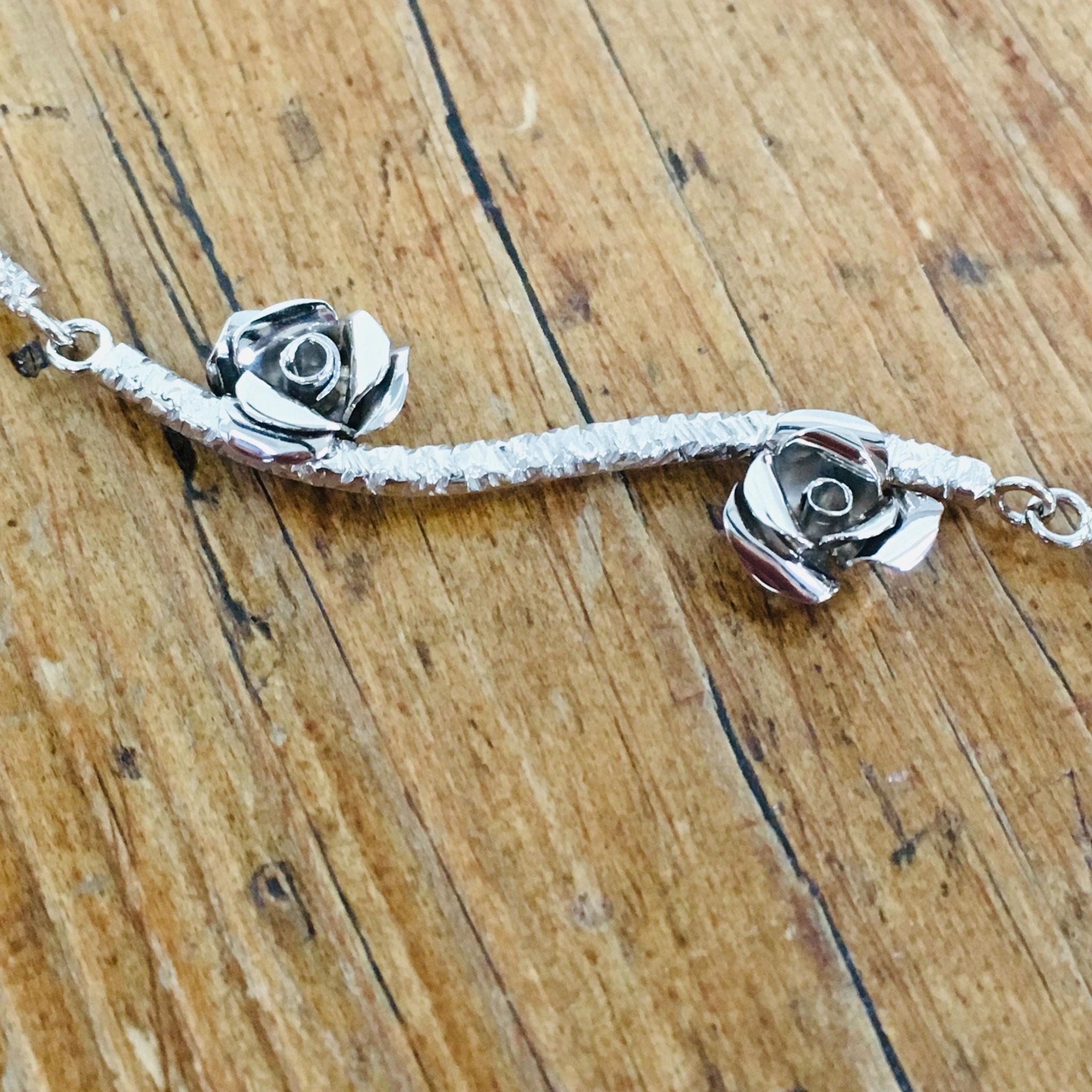 Wit gouden collier met roosjes