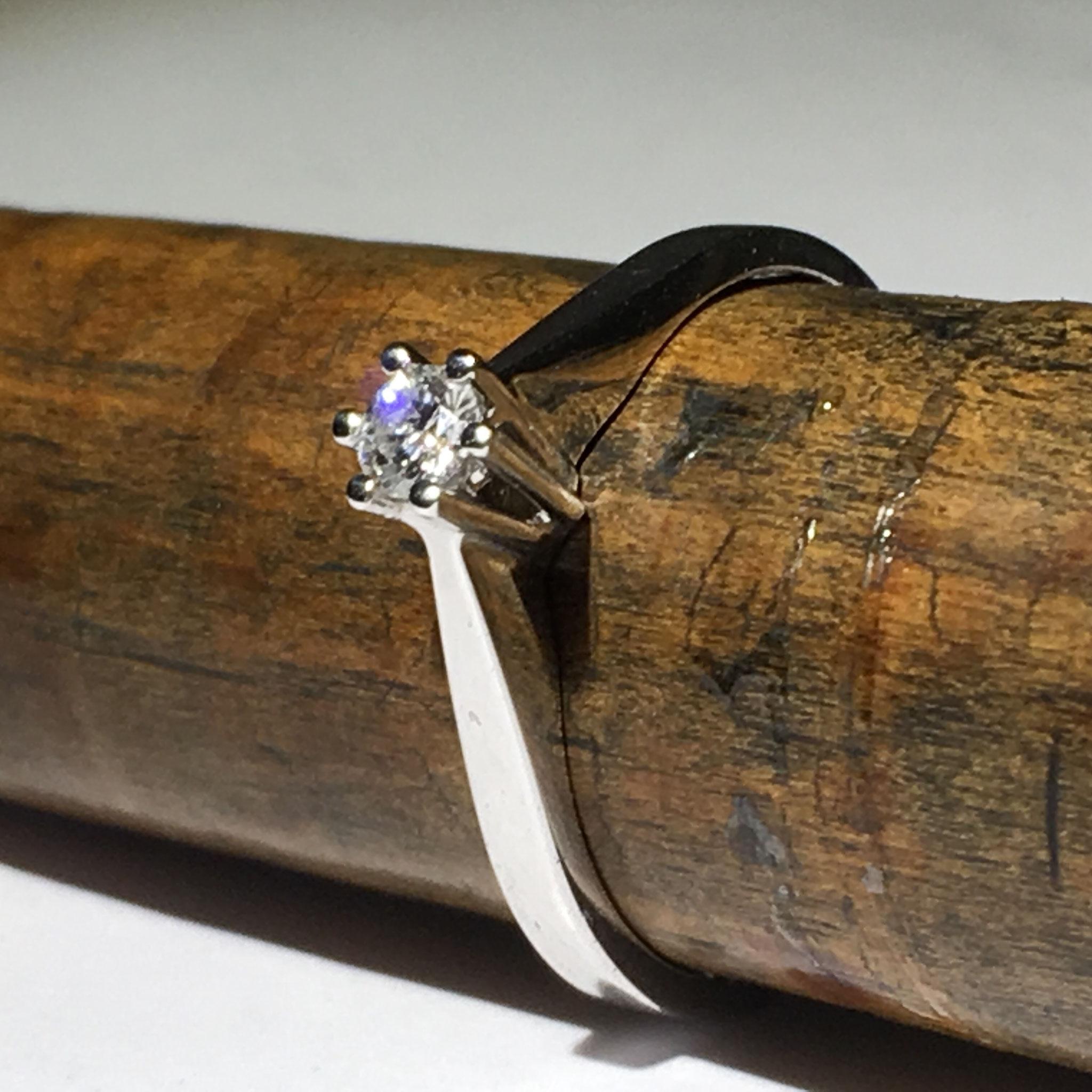 Wit gouden verloving ring met diamant