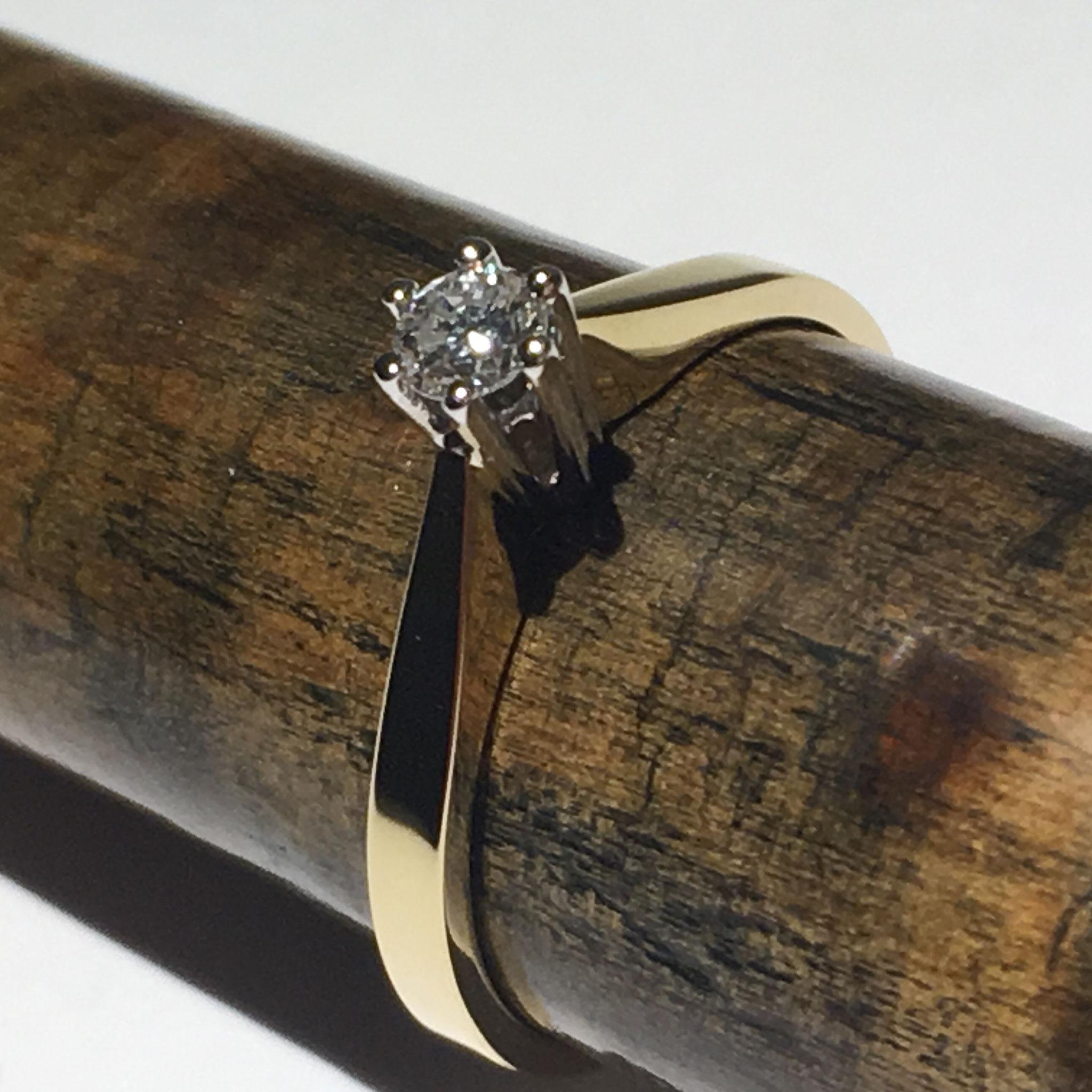18 karaat geel gouden verlovingsring met wit gouden chaton en diamant