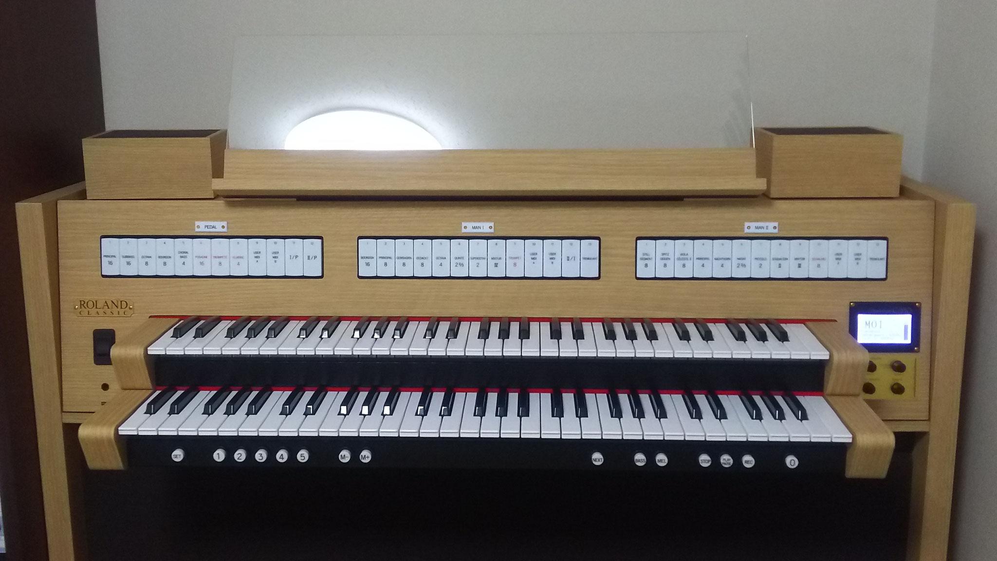 ローランドのクラシックオルガンです。小さいけど本格的です。
