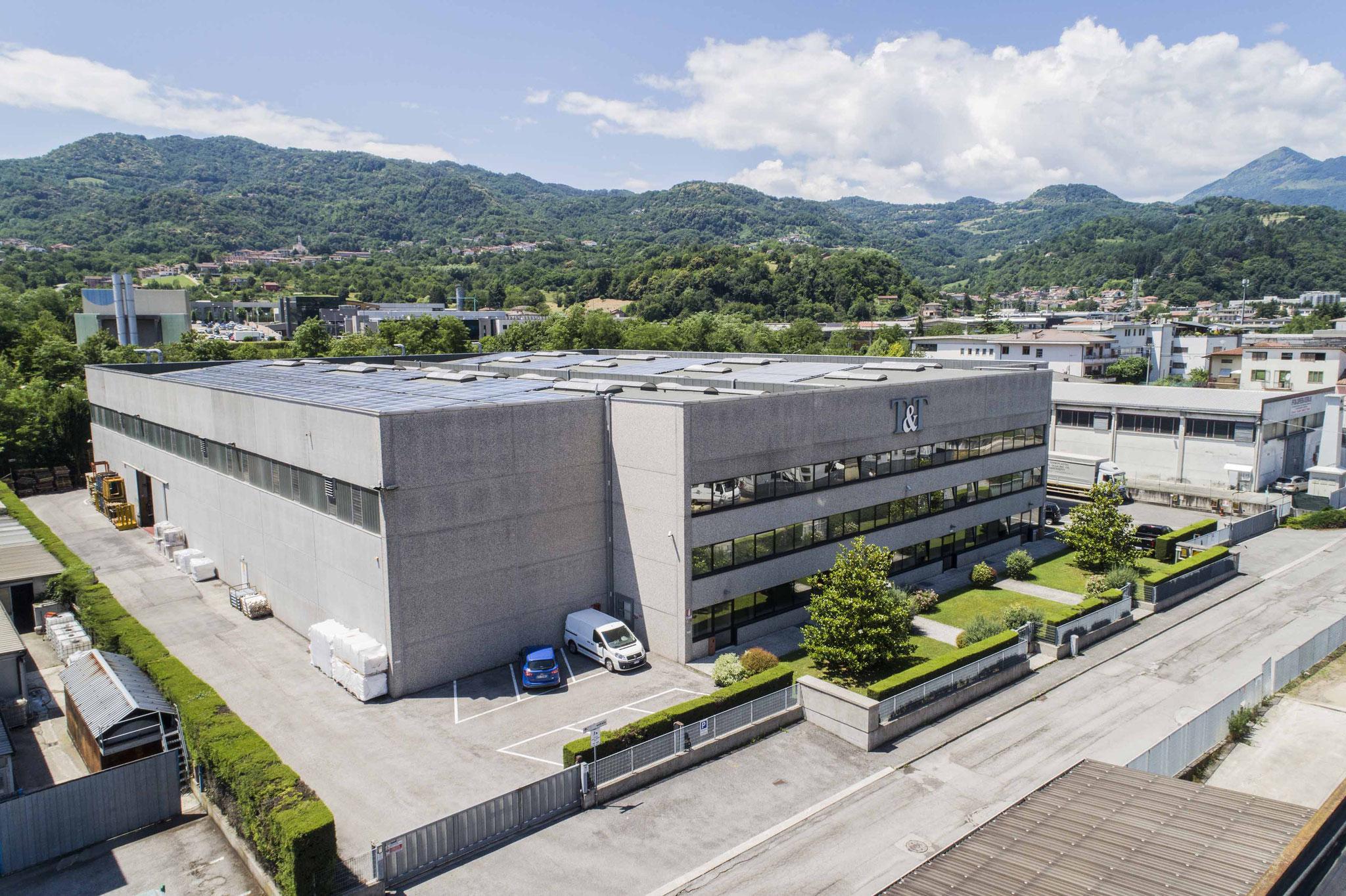 Das Recyclingunternehmen T&T. Auf dem Dach befinden sich die Photovoltaik-Anlagen mit dem der genutzte Strom generiert wird.