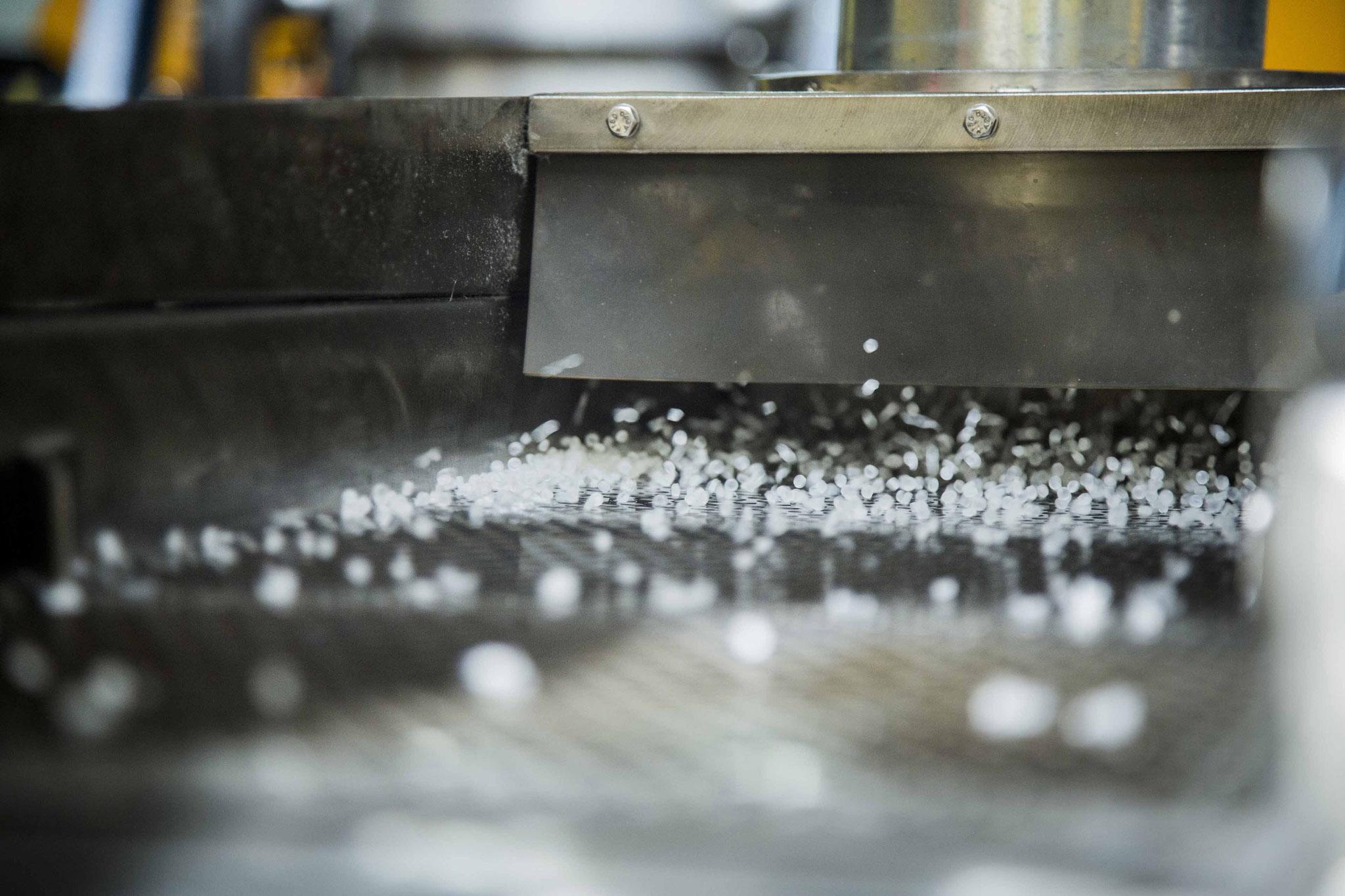 Nach der Verarbeitung wird neues Granulat gewonnen, welches erneut genutzt werden kann.