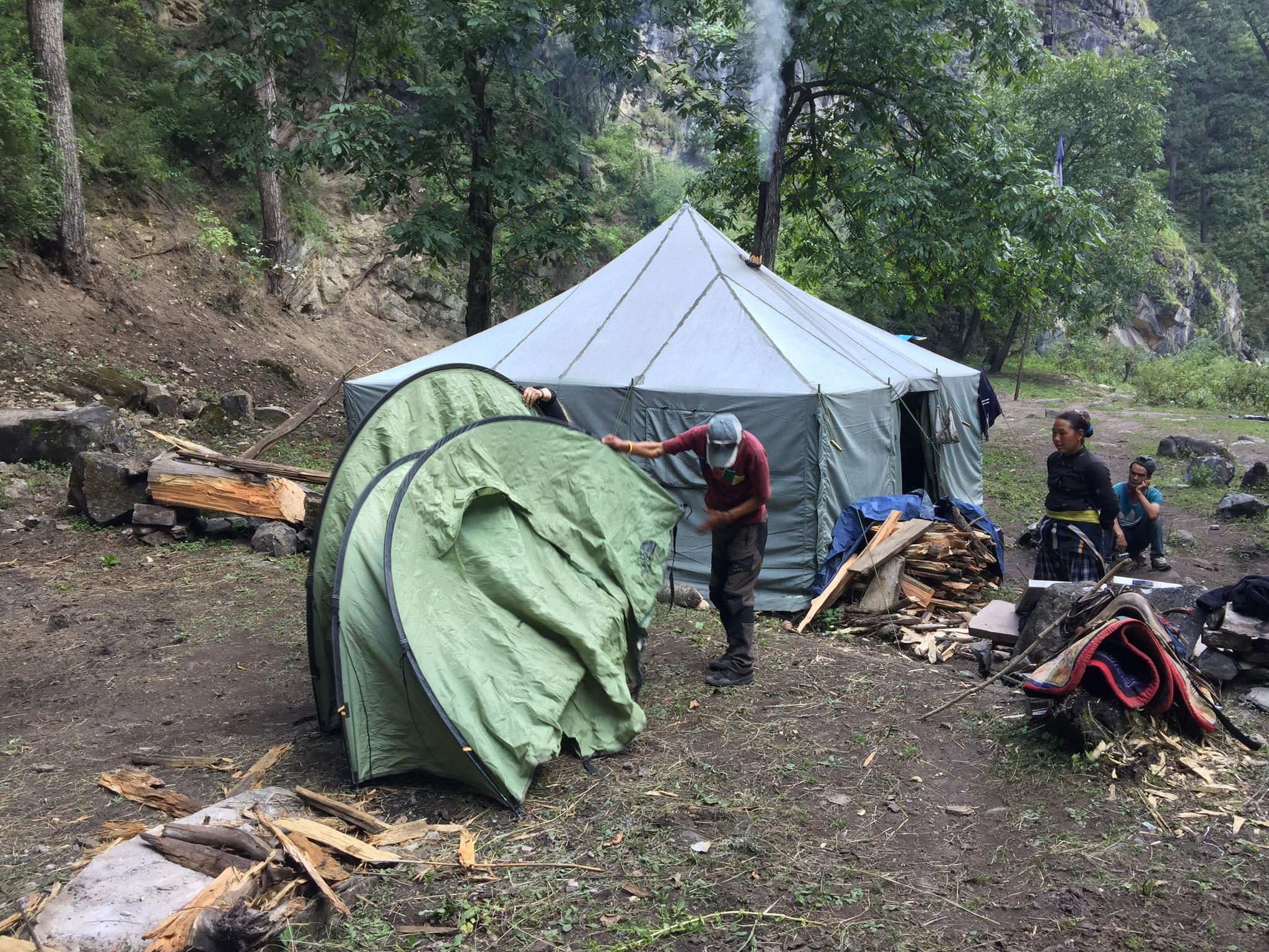 beim Zelt aufstellen