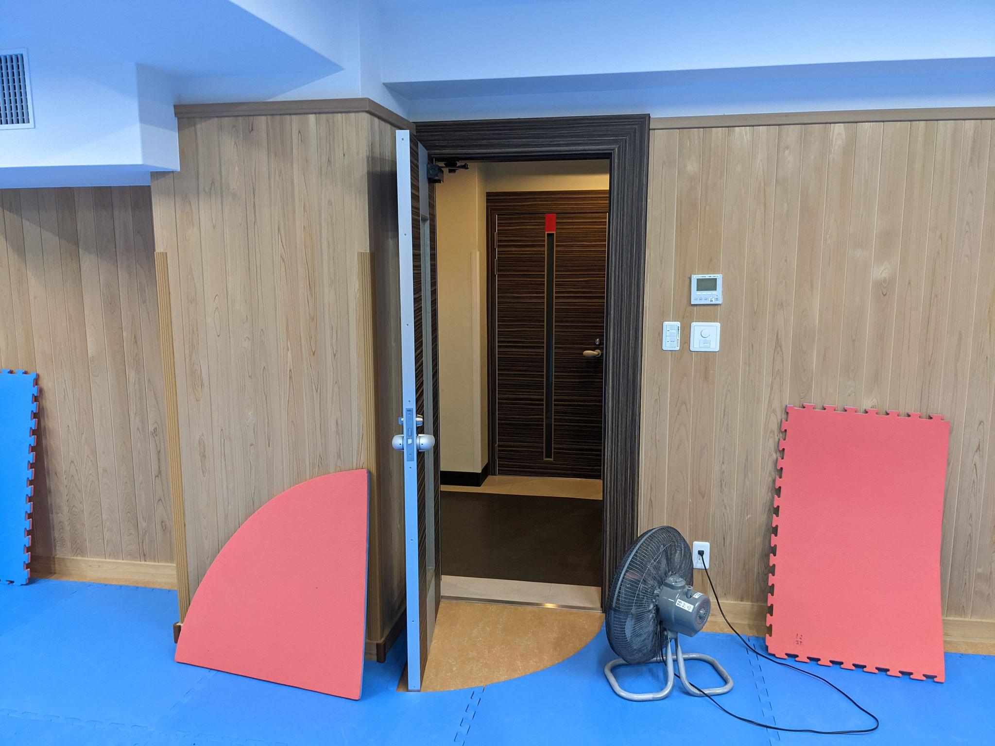 3)部屋の扉は全開
