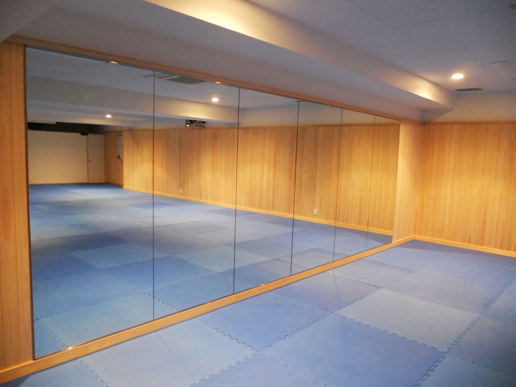 大きな鏡が六枚あります