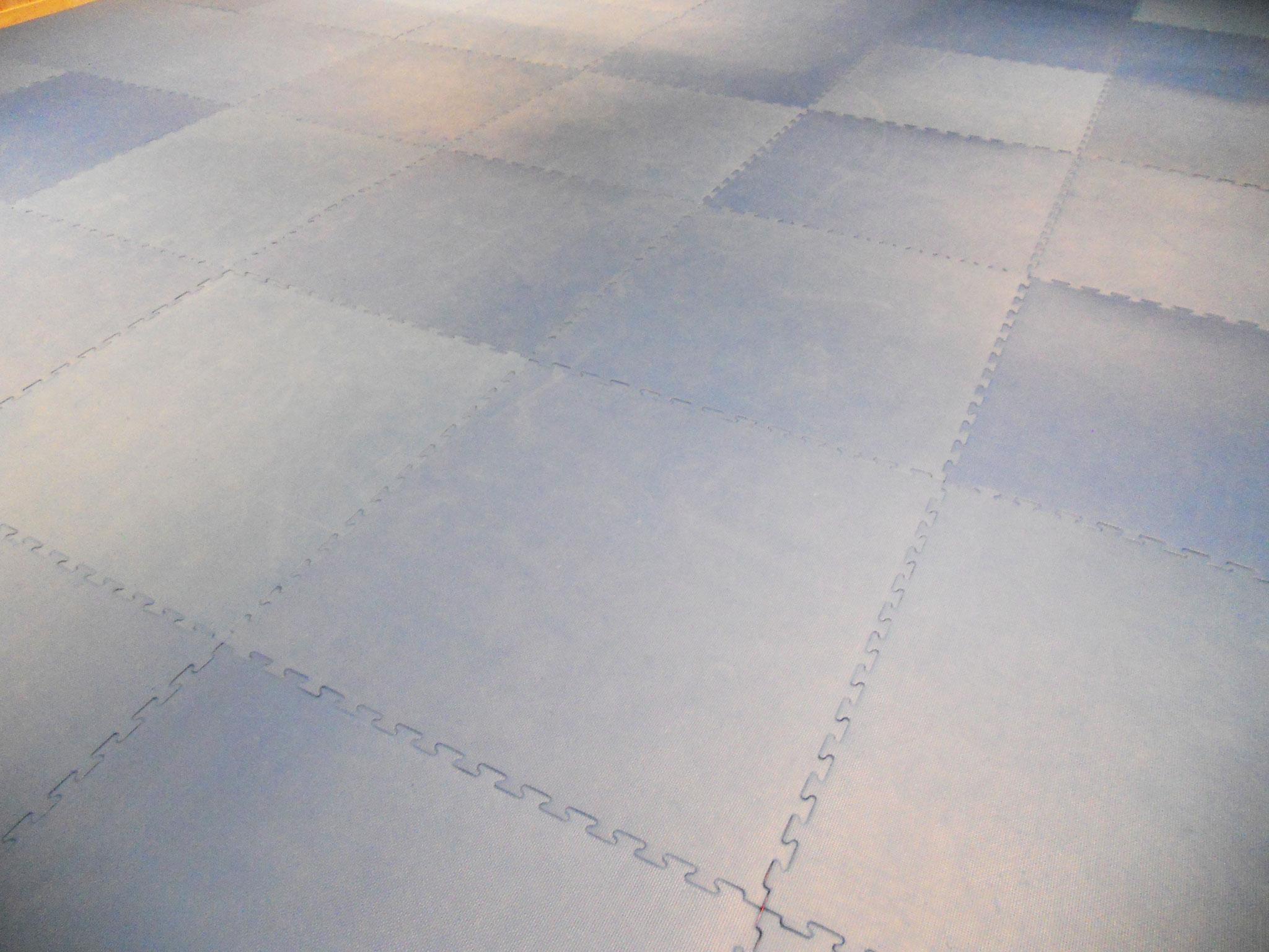 床はジョイントマットが敷きっぱなしです。