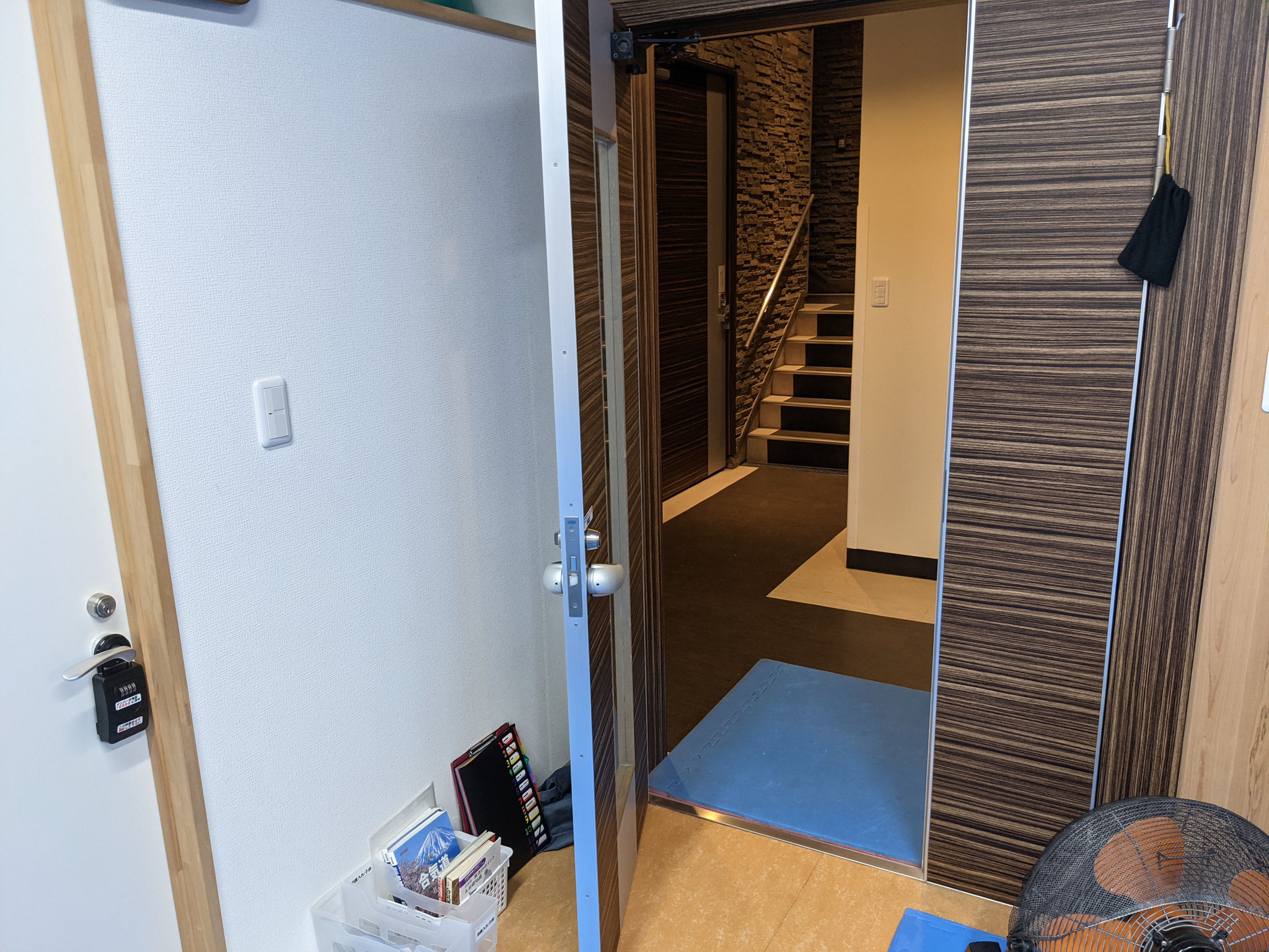 1)部屋の扉は全開