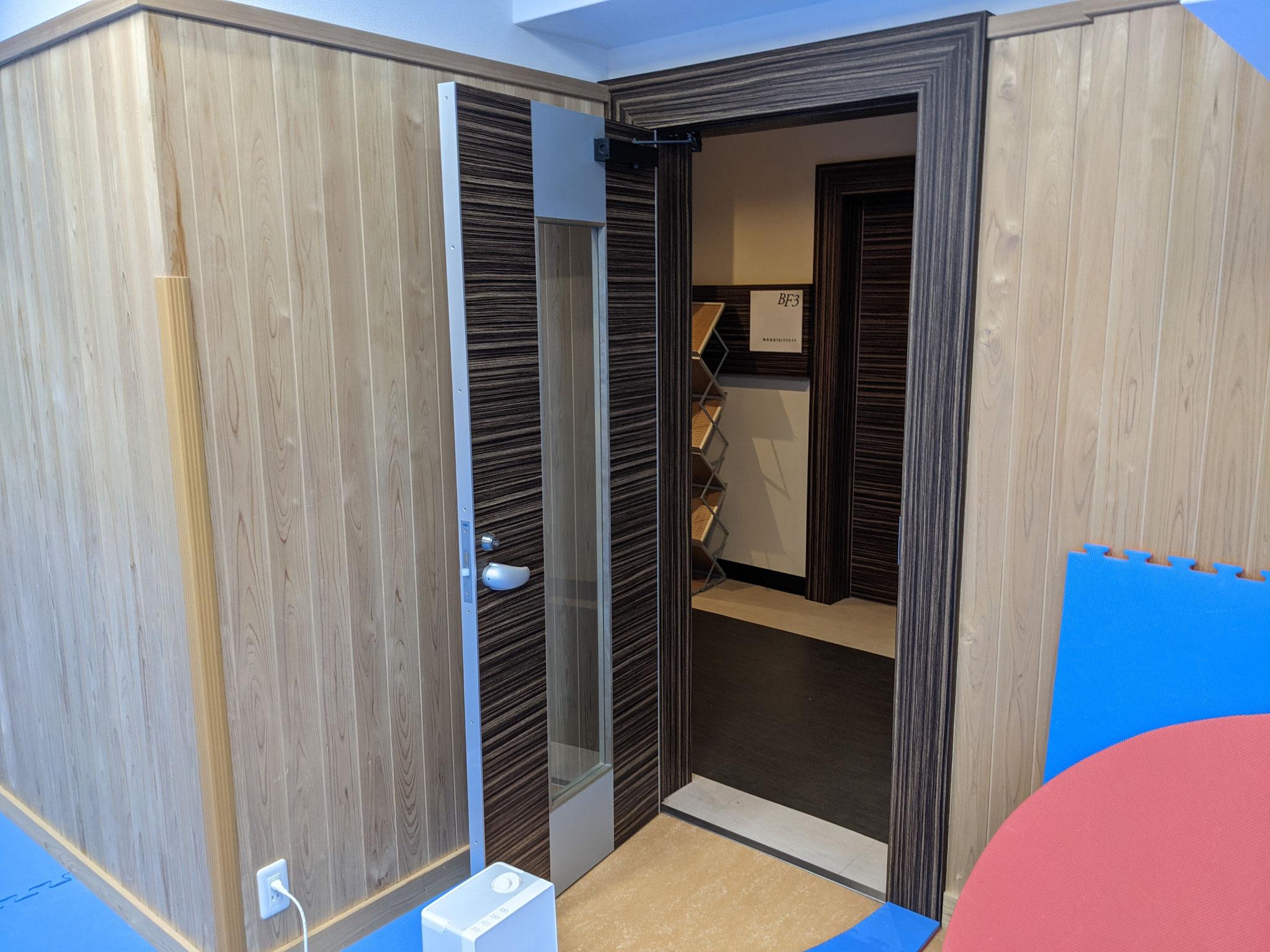 2)部屋の扉は全開