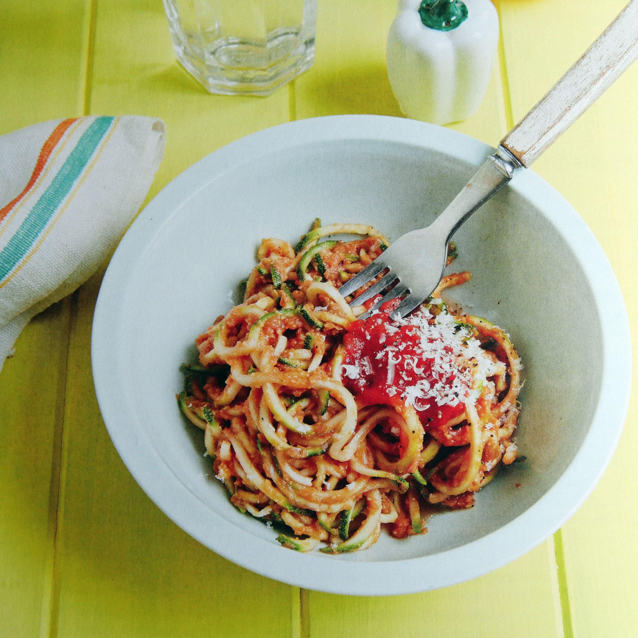 Zucchininudeln mit Kicherebsen-Tomaten-Soße