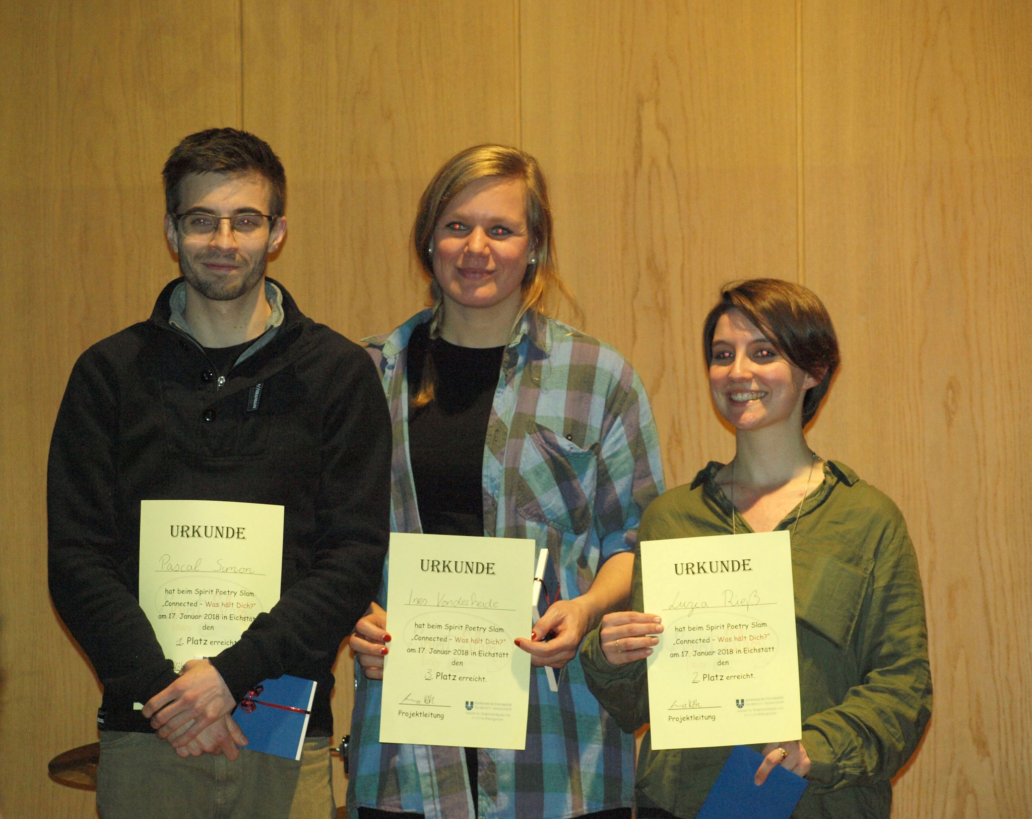 Die Sieger*innen des Spirit Poetry Slams 2018 Pascal Simon mit Ines Vonderheide und Luzia Rieß.