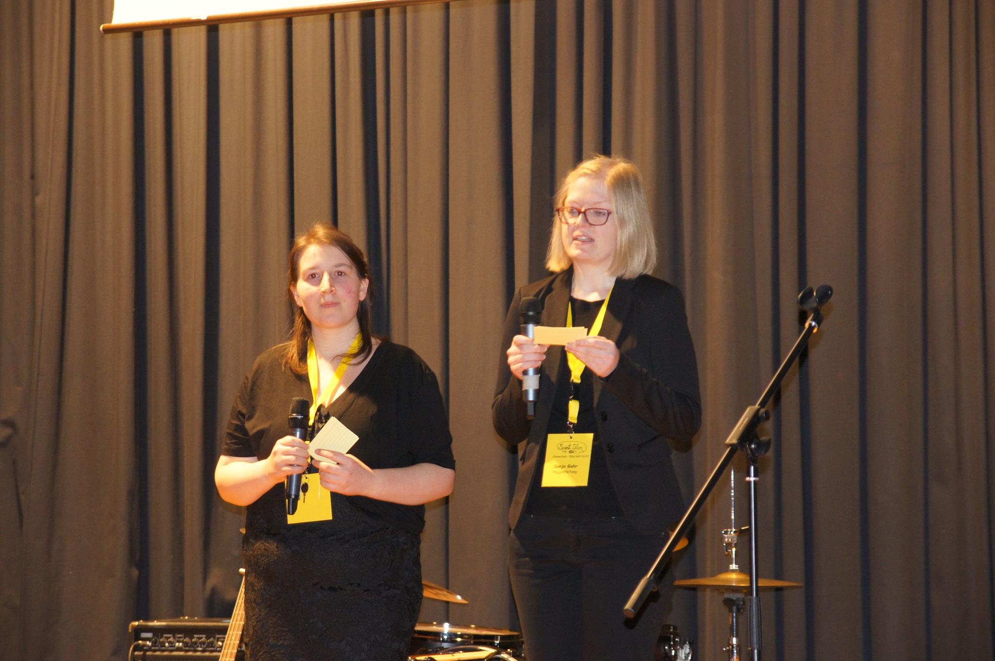 Lisa Birkmeier und Sonja Gahr vom Orgateam begrüßen die Gäste.