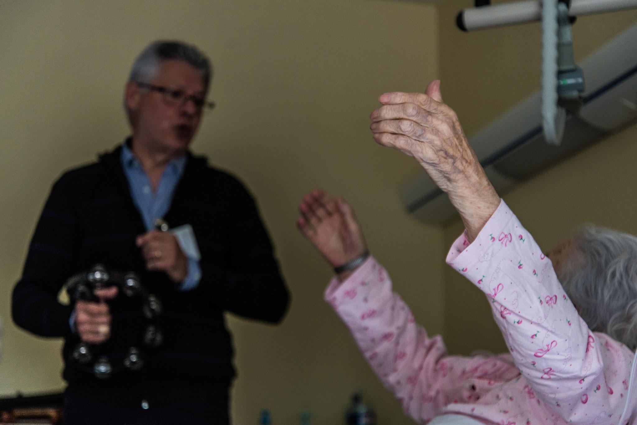 Après quelques minutes la patiente se sent revivre et danse des mains