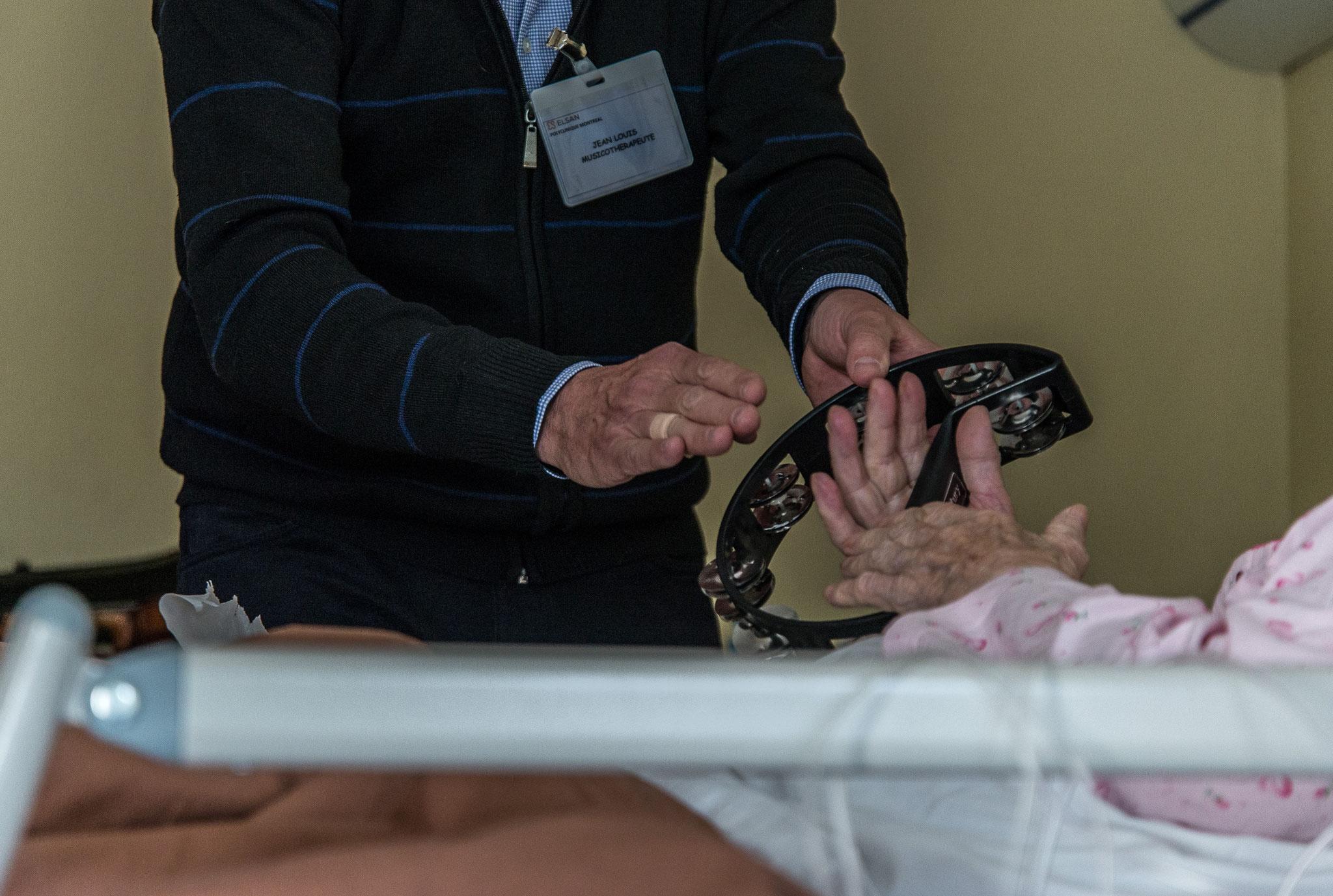 Quand il le peut Jean Louis fait participer les patients afin de les redynamiser