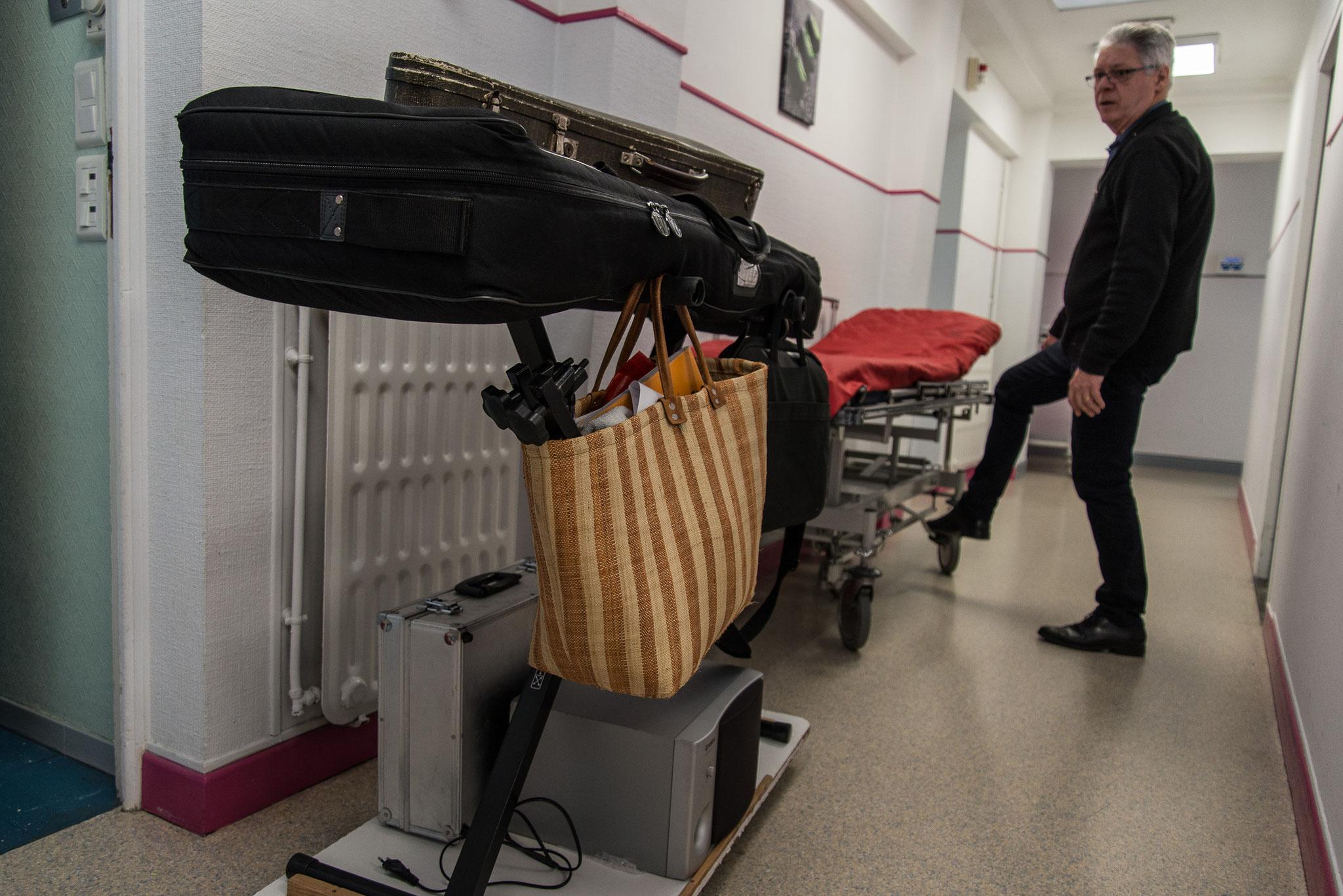 Installation du matériel avant d'aller à la rencontre des patients