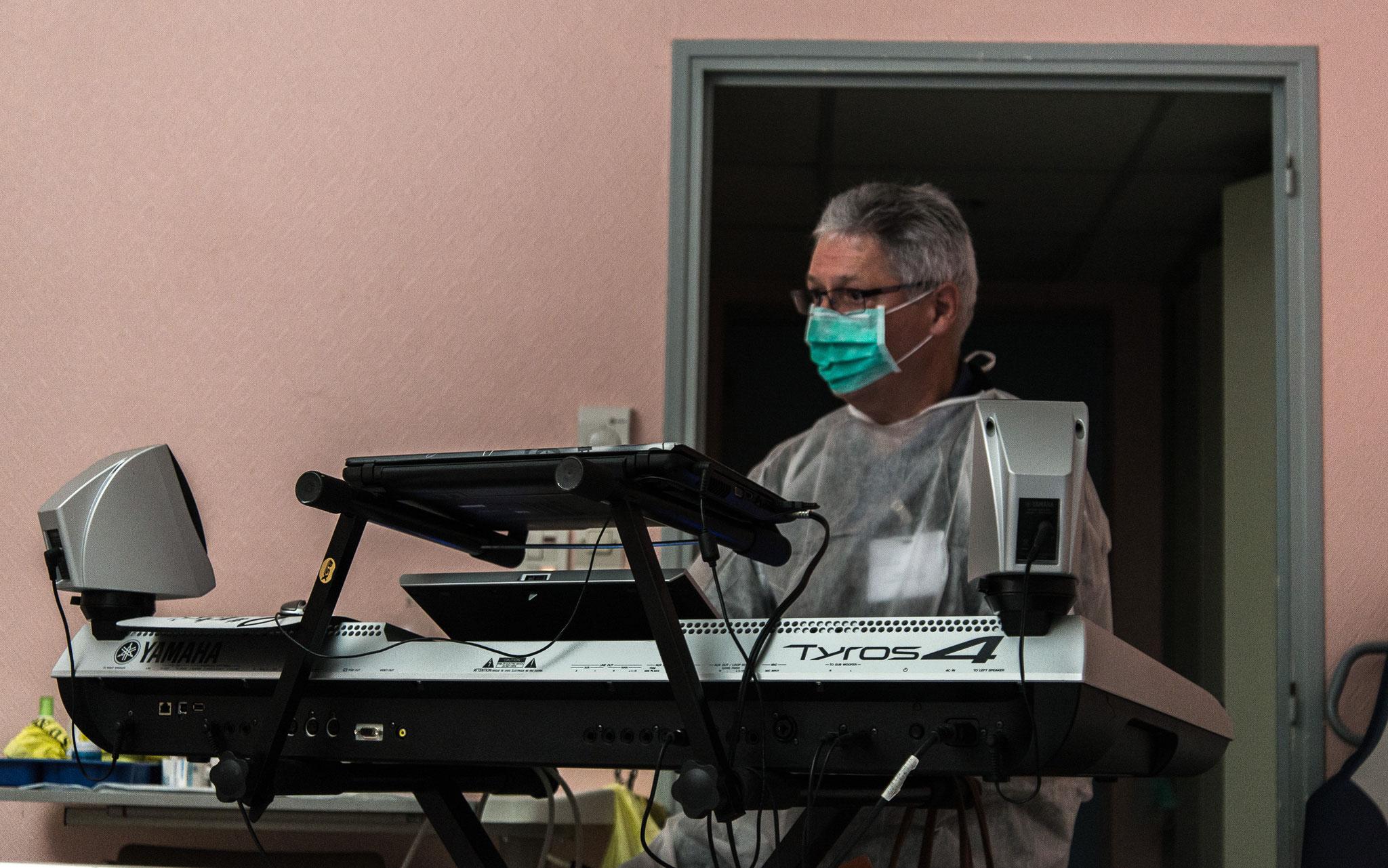 Jean Louis joue pour un patient contagieux dans un état «critique»