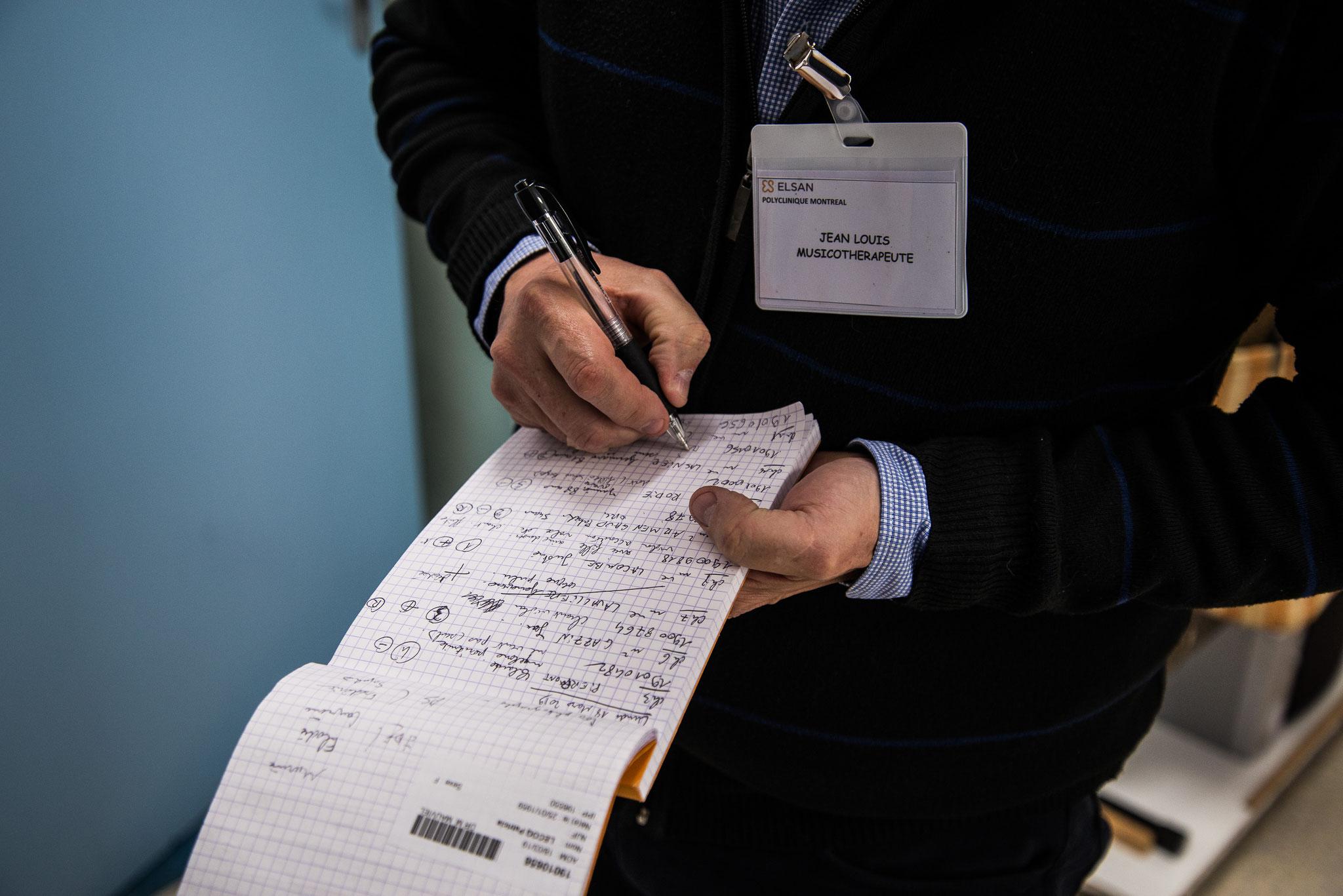 Jean Louis remplit les résultats des séances pour faire un compte rendu