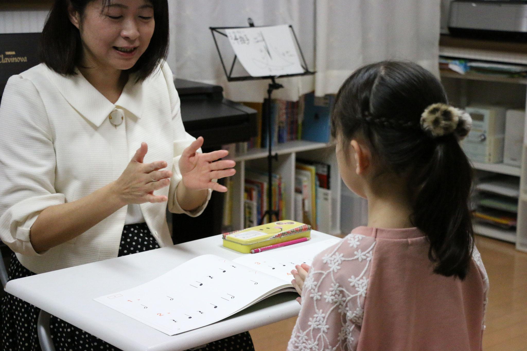 演奏の後は先生と一緒にリズム練習!