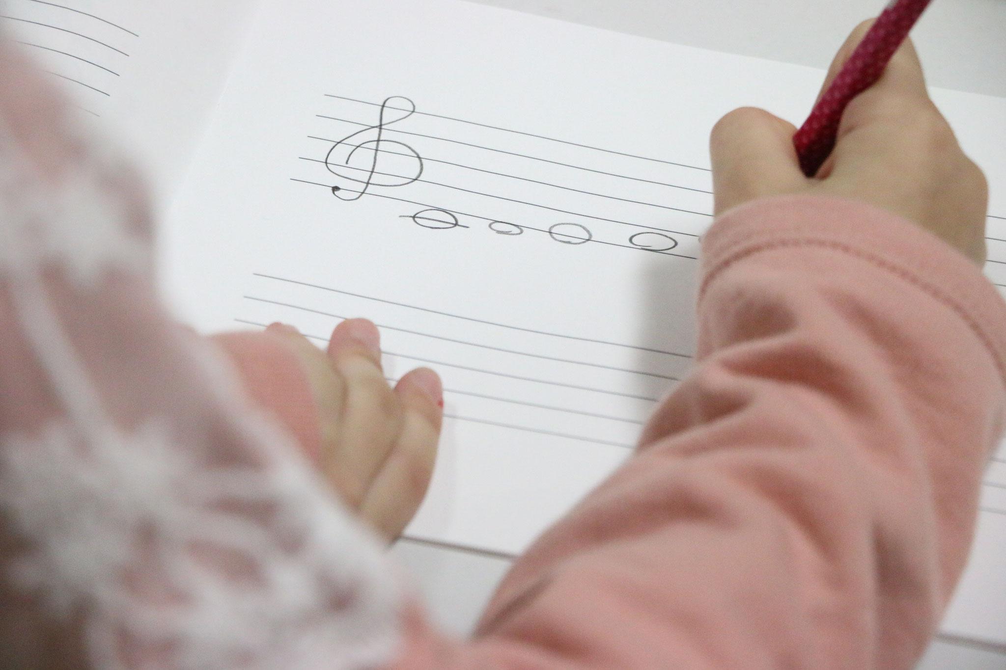 音楽の知識を身につける座学の時間もあります