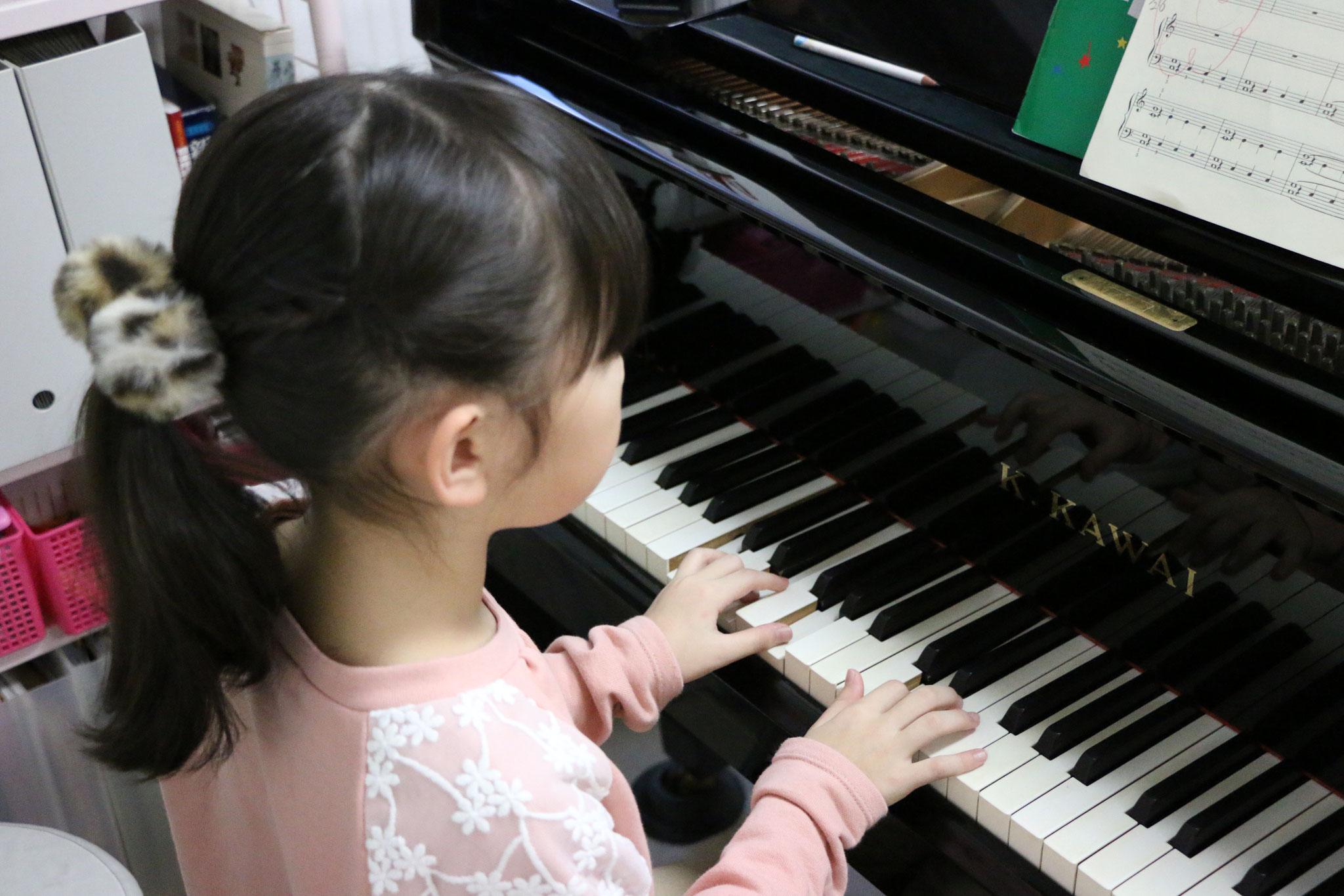 グランドピアノを使って演奏