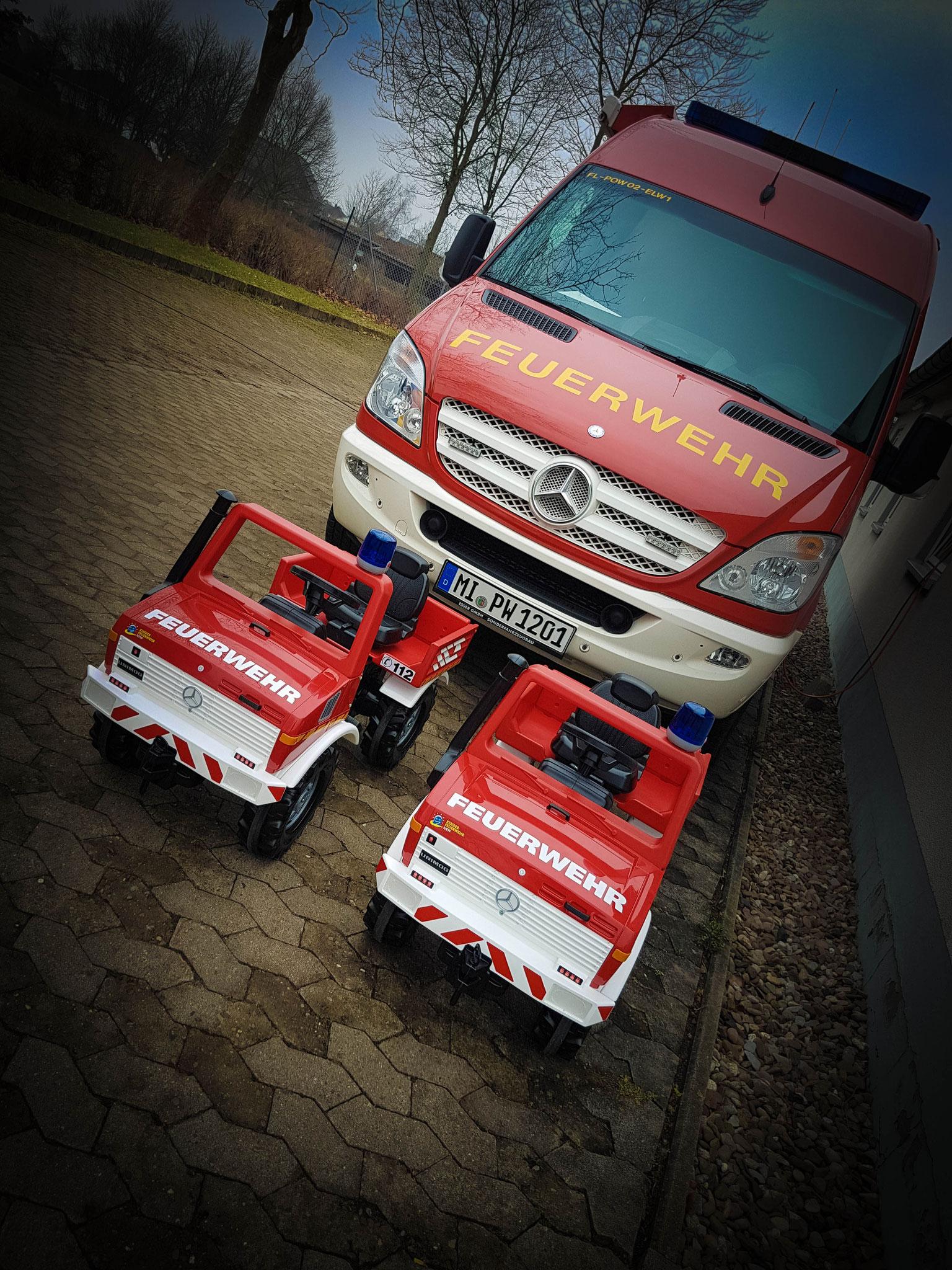 Die neuen Einsatz-Unimogs im Verbund mit dem ELW warten auf ihren Einsatz.