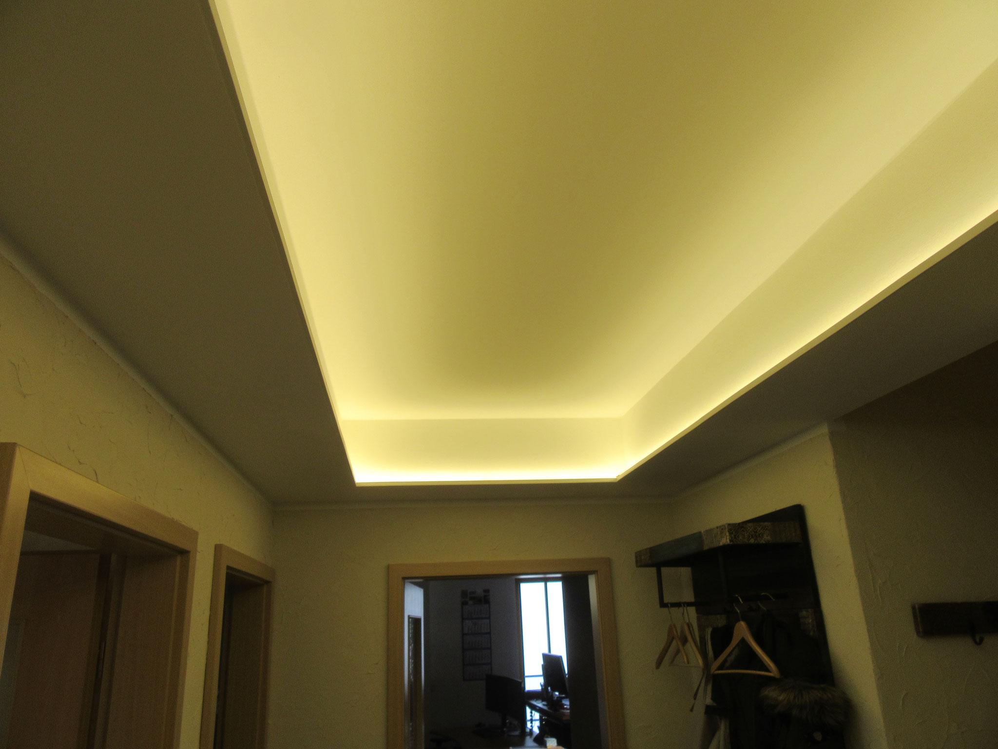 Fertiggestellte indirekte Beleuchtung