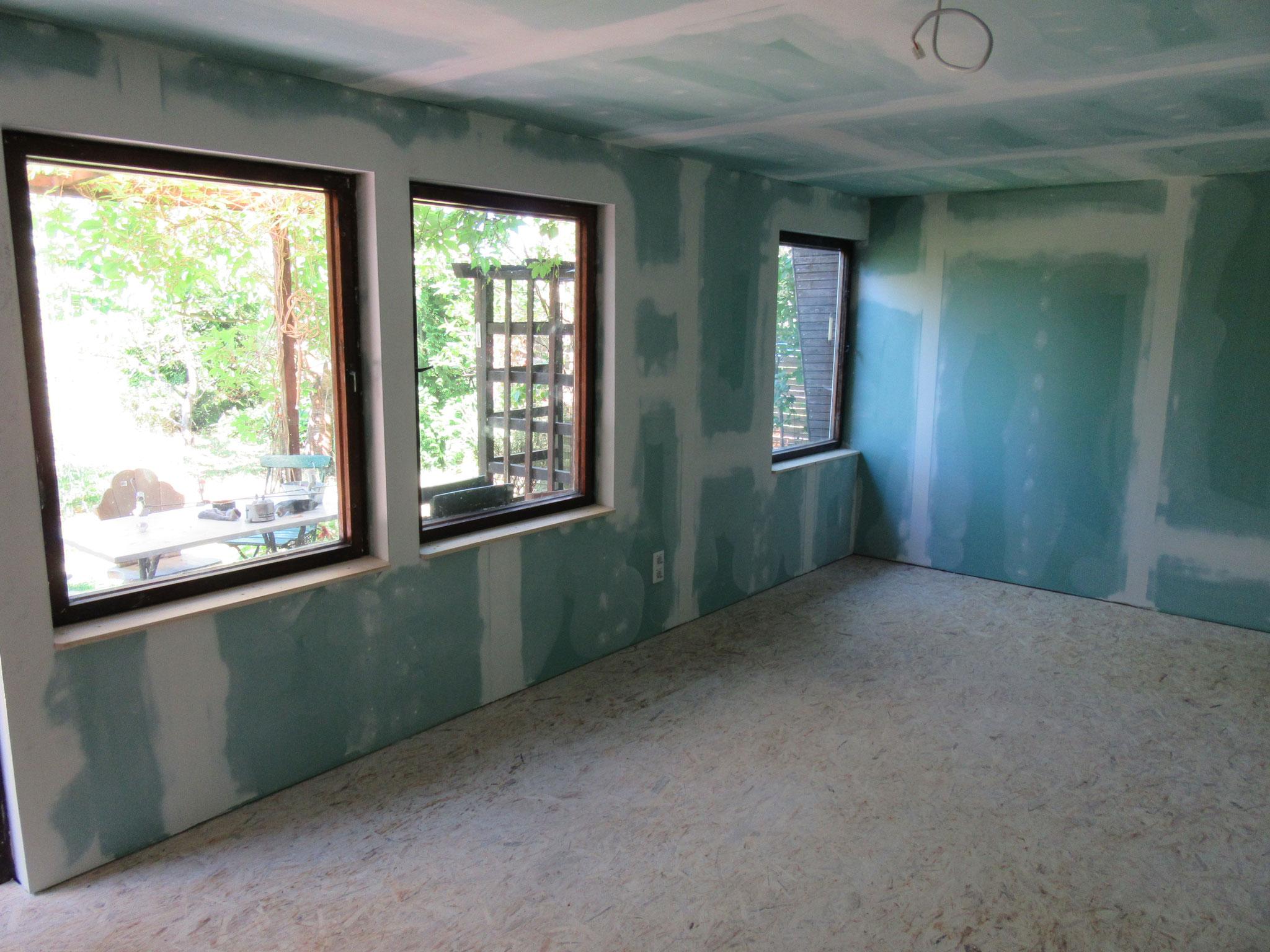 Spachteln und Schleifen der Decken und Wände mit eingebauter, verspachtelter Eckschutzschiene