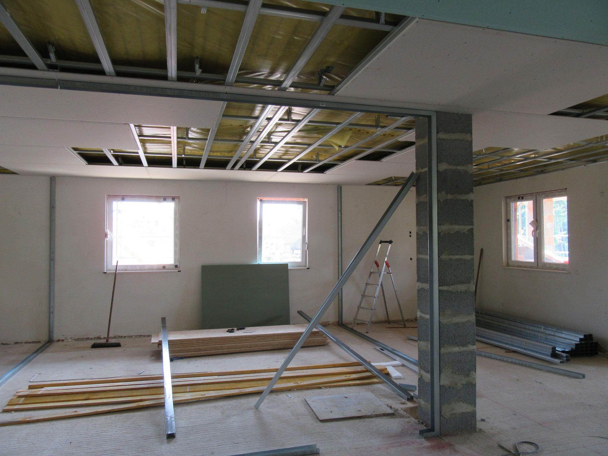 Montage der Unterkonstruktion mit Montage der Gipskartonplatten für die Erstellung der Wände