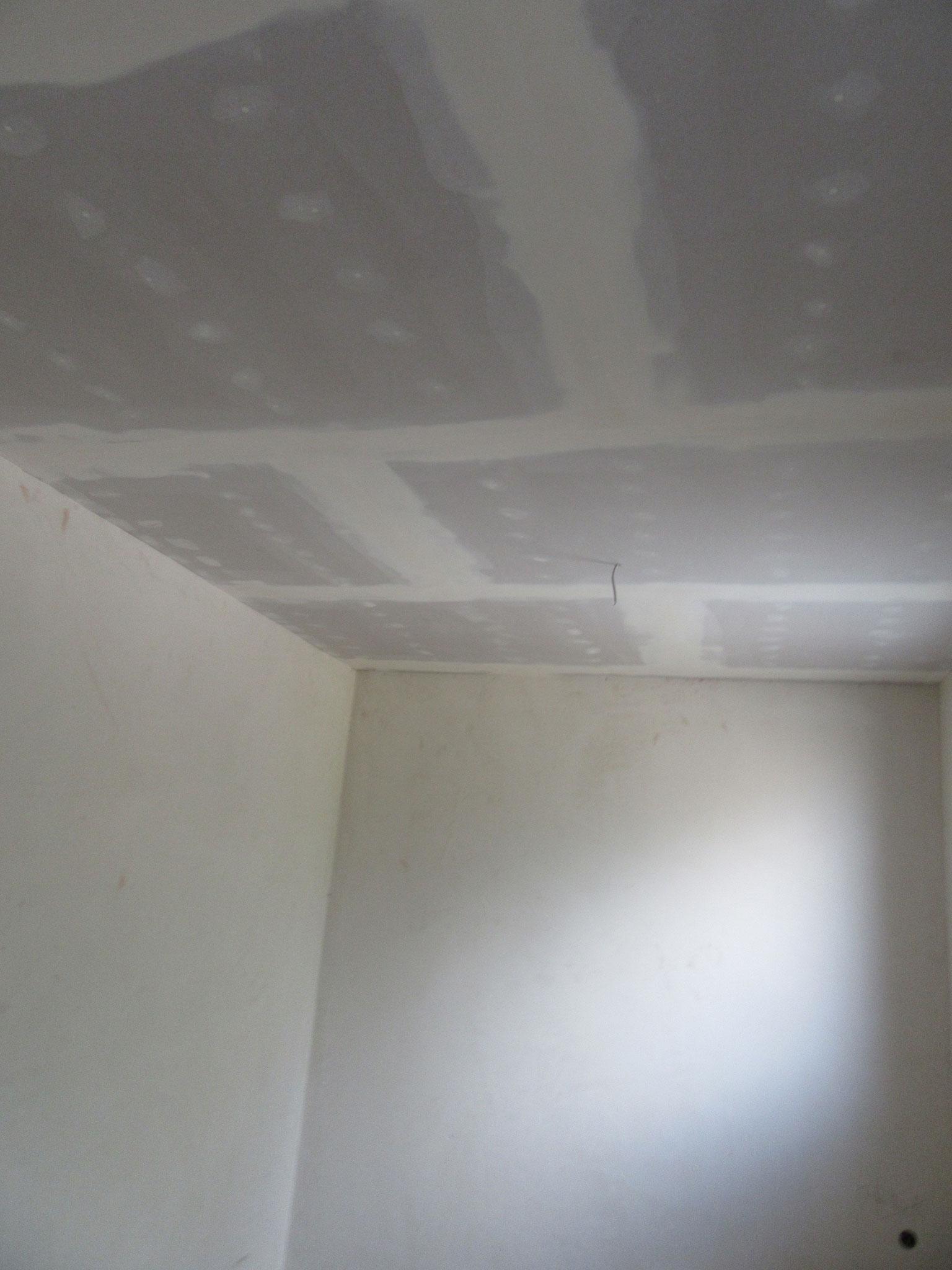 Spachteln und Schleifen der Wände und Decken