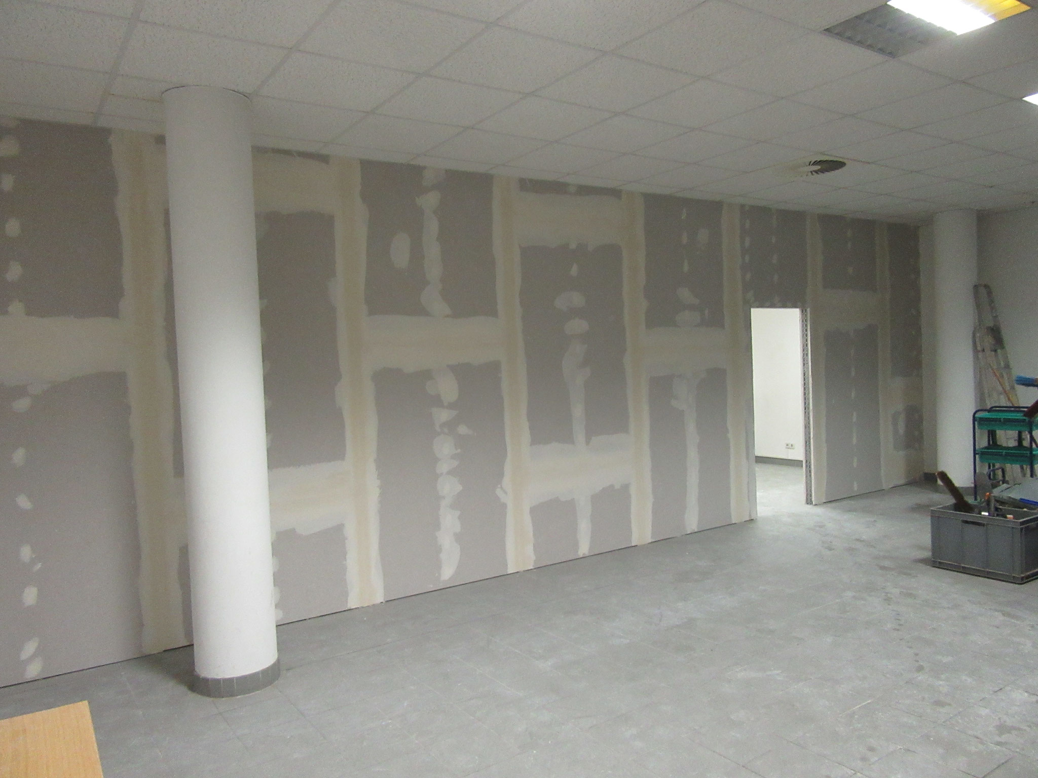 Decke wieder an die Wand angearbeitet und die Wand gespachtelt