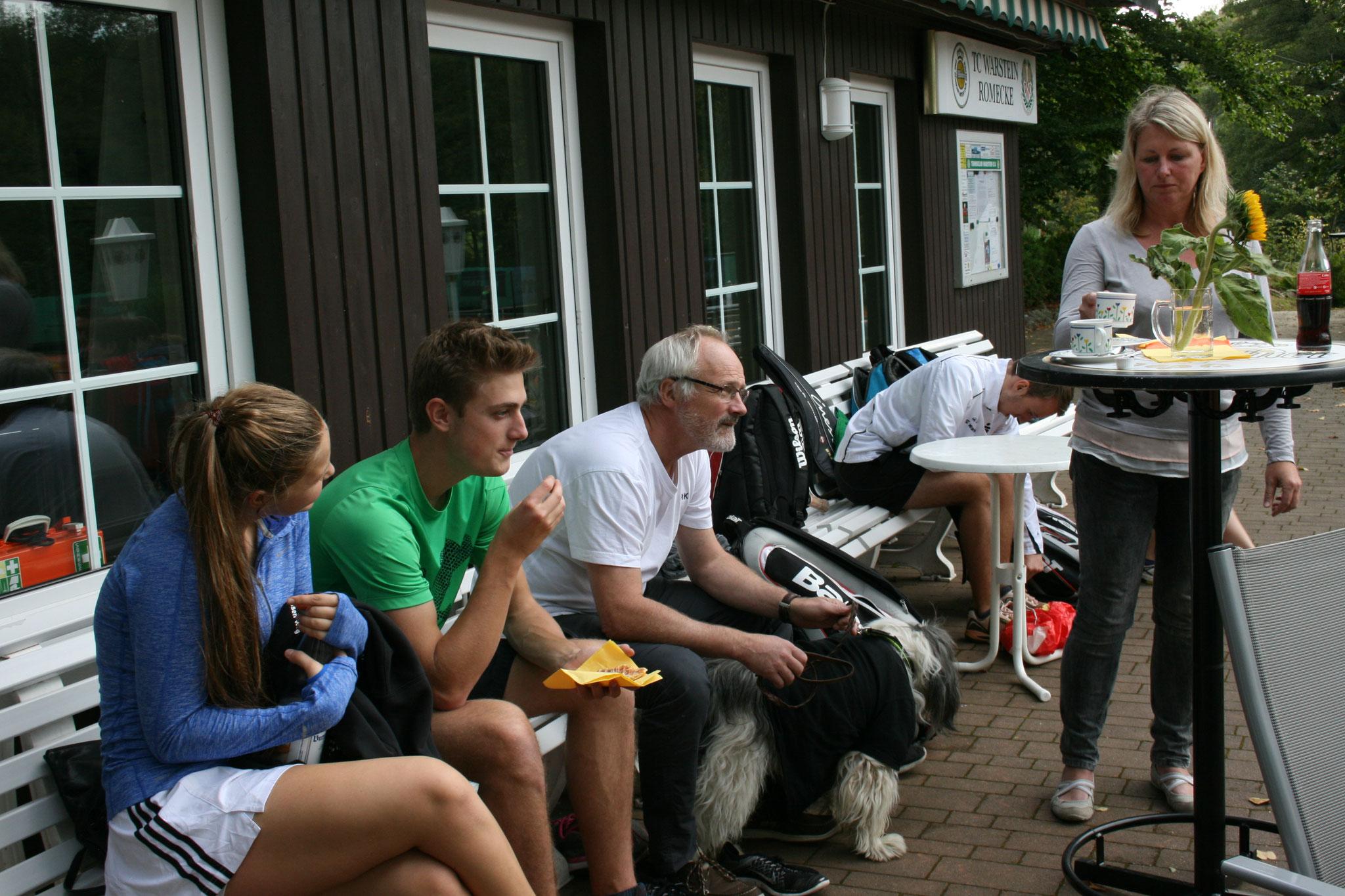 Viele Gäste wurden vom Event angelockt, die sich die frisch gebackenen Waffeln schmecken ließen