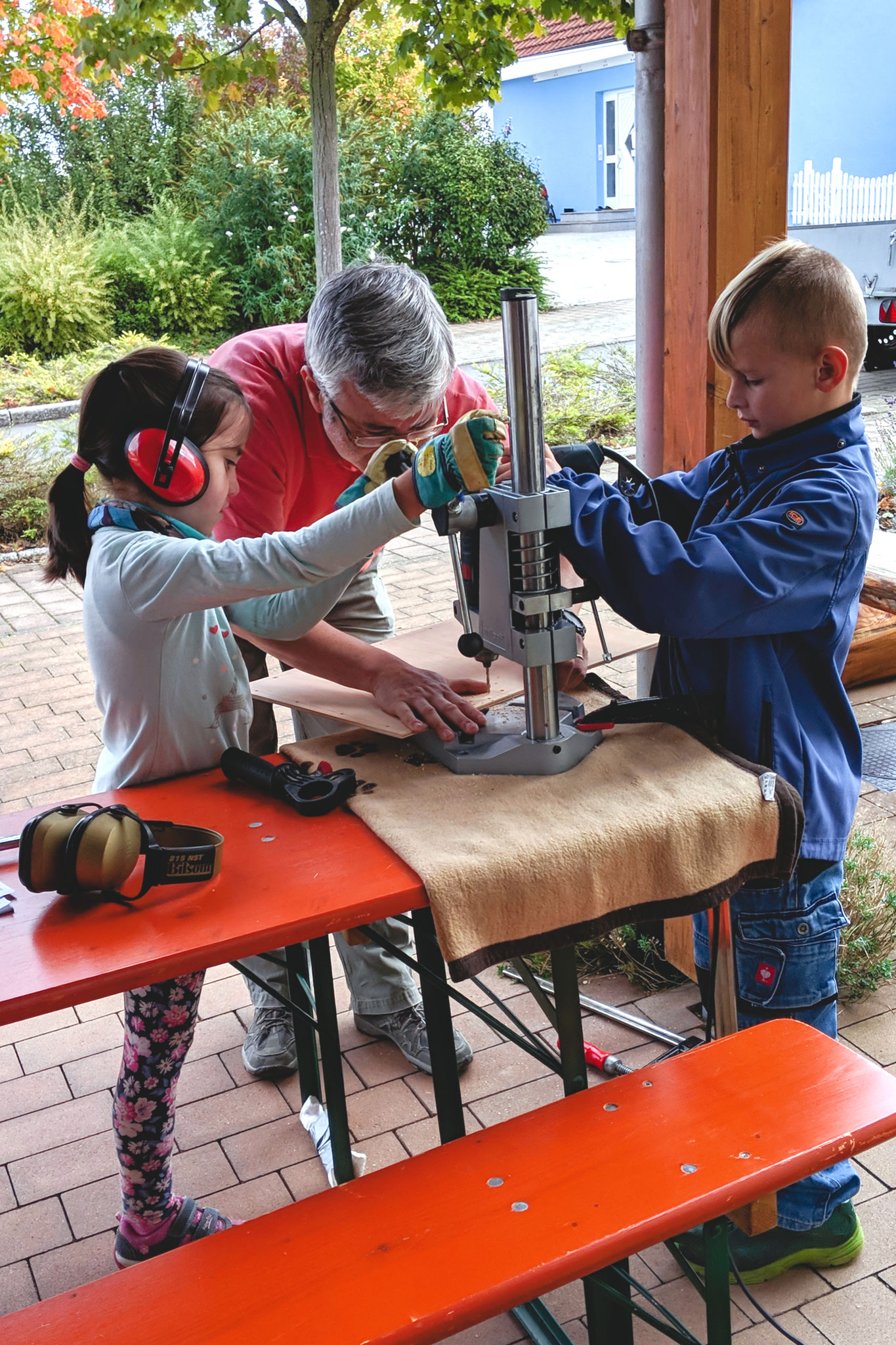 ...bei Maschinenarbeiten unterstützt ein Erwachsener