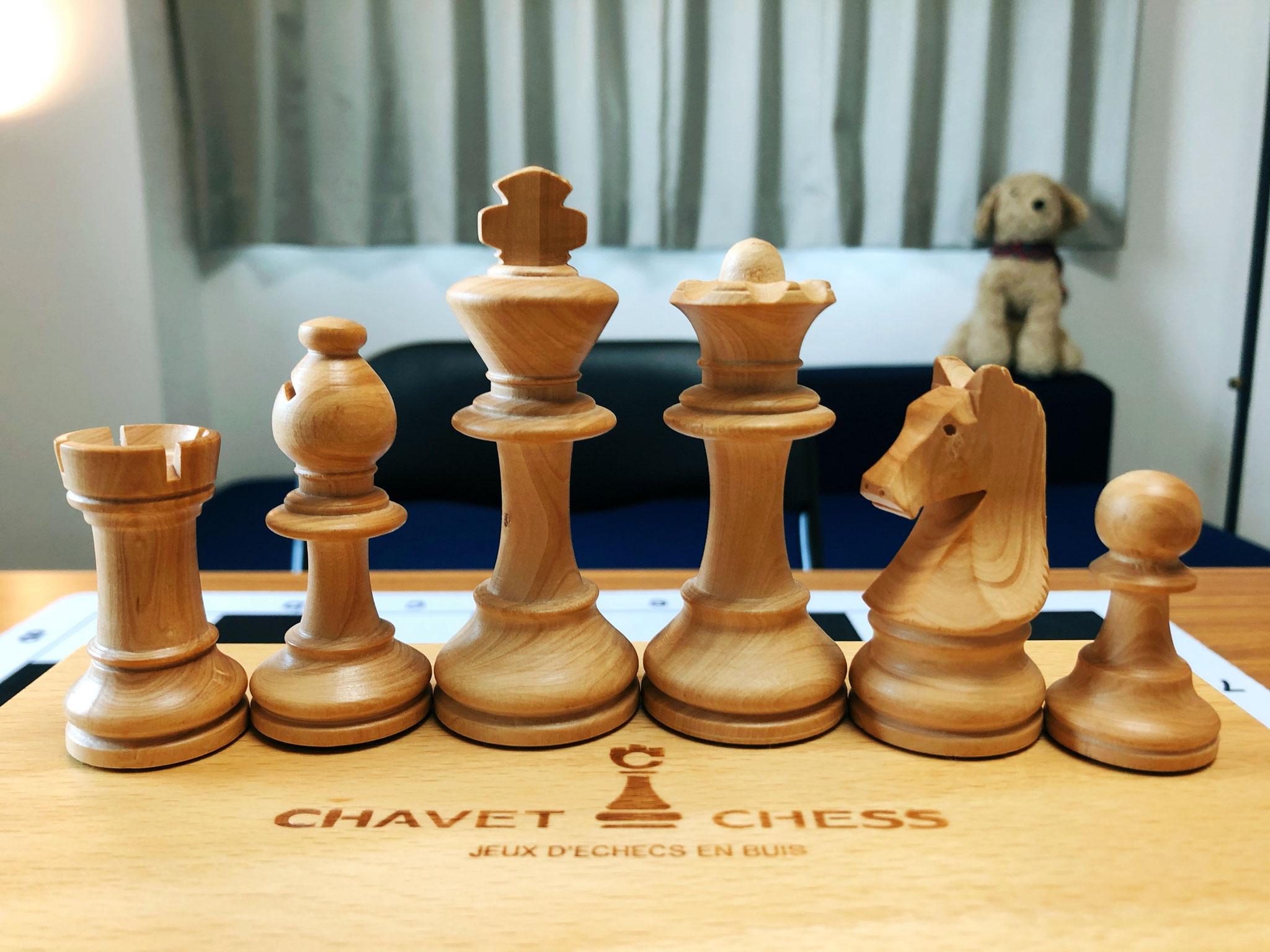 アンリ・シャべ社木製チェス駒は手触りがよく木目が美しい