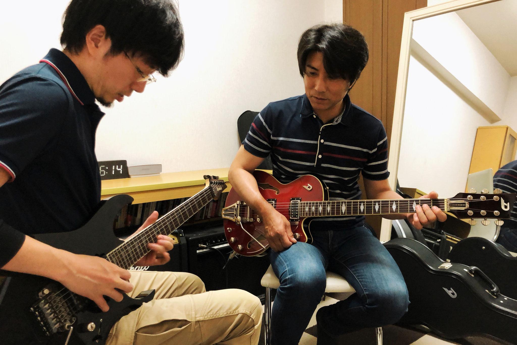 エレキギター ソロフレーズを演奏指導中