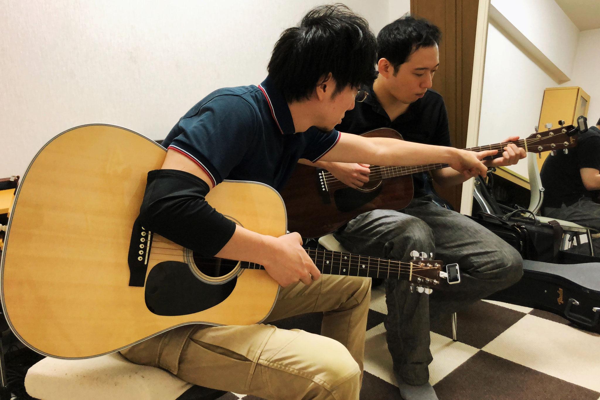 アコースティックギター コードを指導中