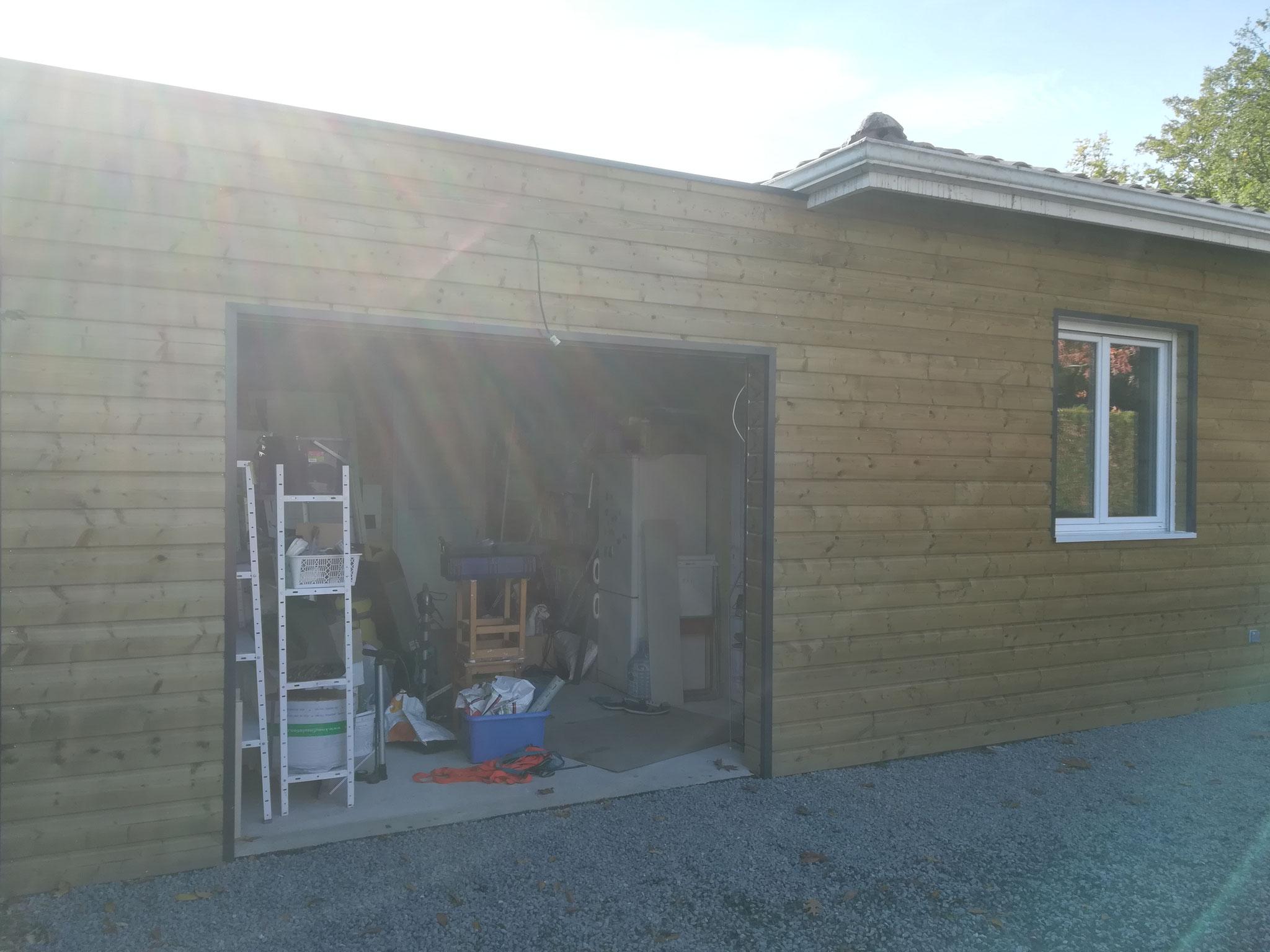 Façade avant terminée avec porte de garage