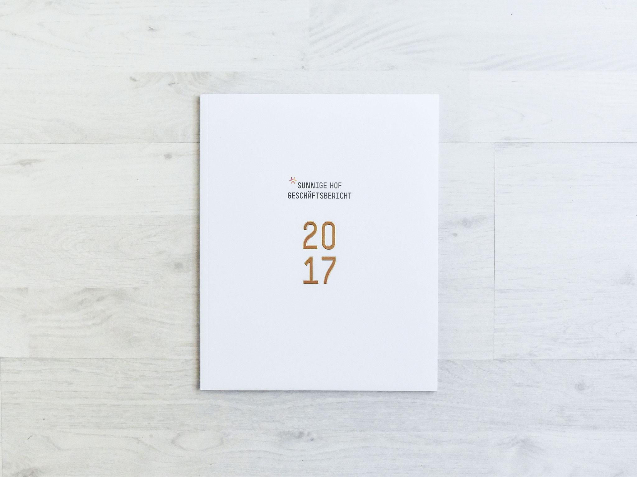 Bild Jubiläumsbuch Anlässlich des 75-Jahr-Jubiläums der Siedlungsgenossenschaft Sunnige Hof, wurde ein Jubiläumsbuch realisiert. Die eindrückliche und bewegte Geschichte des Sunnige Hof kann im 75-Jahr-Jubiläumsbuch «Heute – Gestern – Morgen» nachgelesen