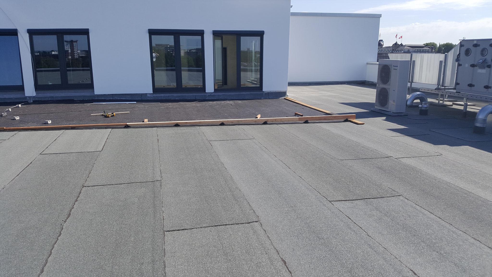 Der Höhenunterschied des Dachgefälles musste ausgeglichen werden.