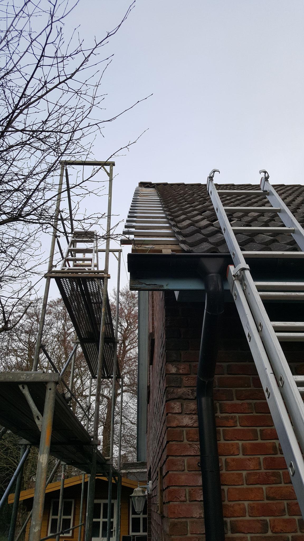 Die Dachüberstände sollten verlängert werden. Dies wurde mit verzinkten Stahlprofilen ausgeführt.