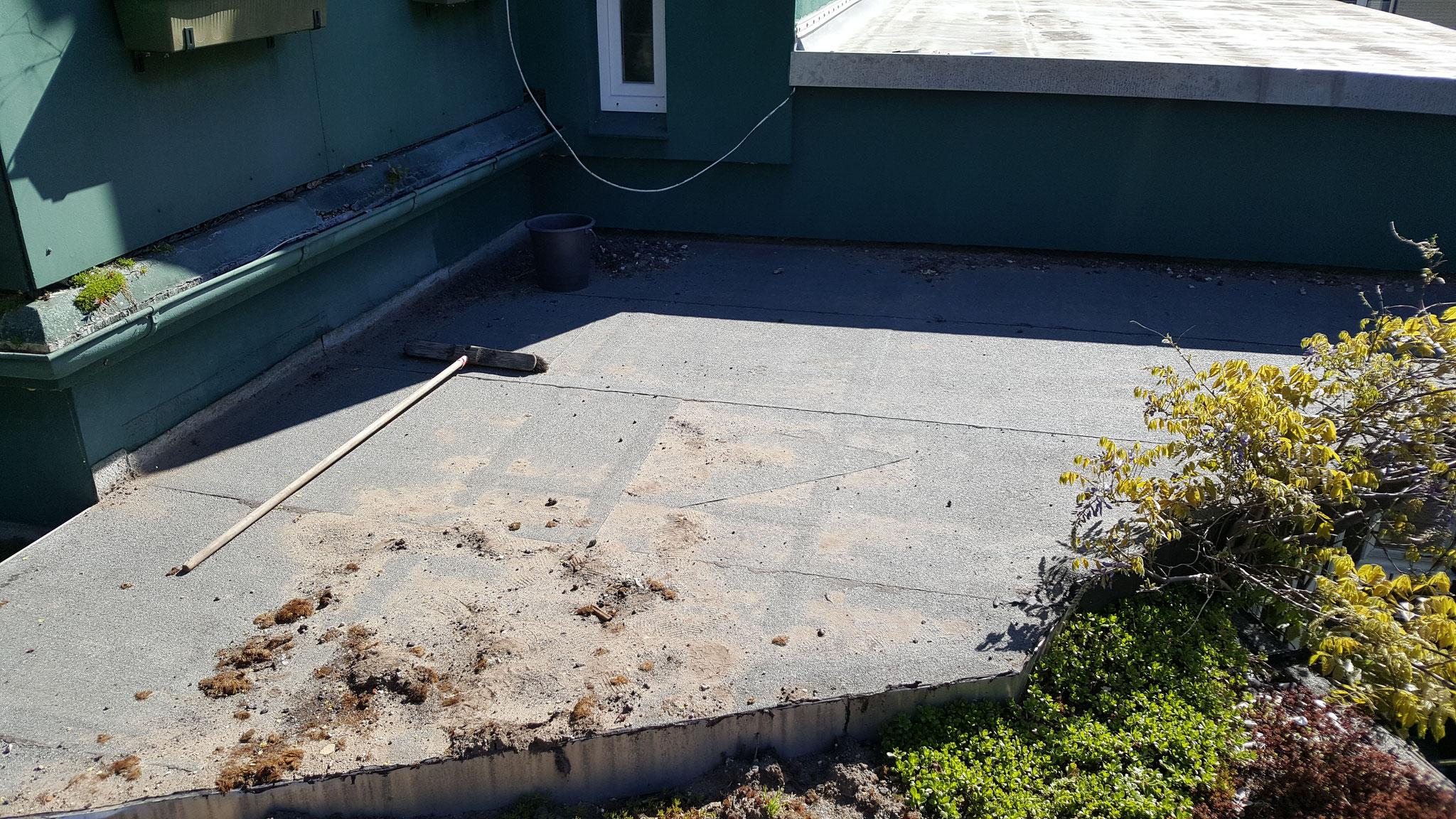 Undichte Dachabdichtung an einem Vordach.